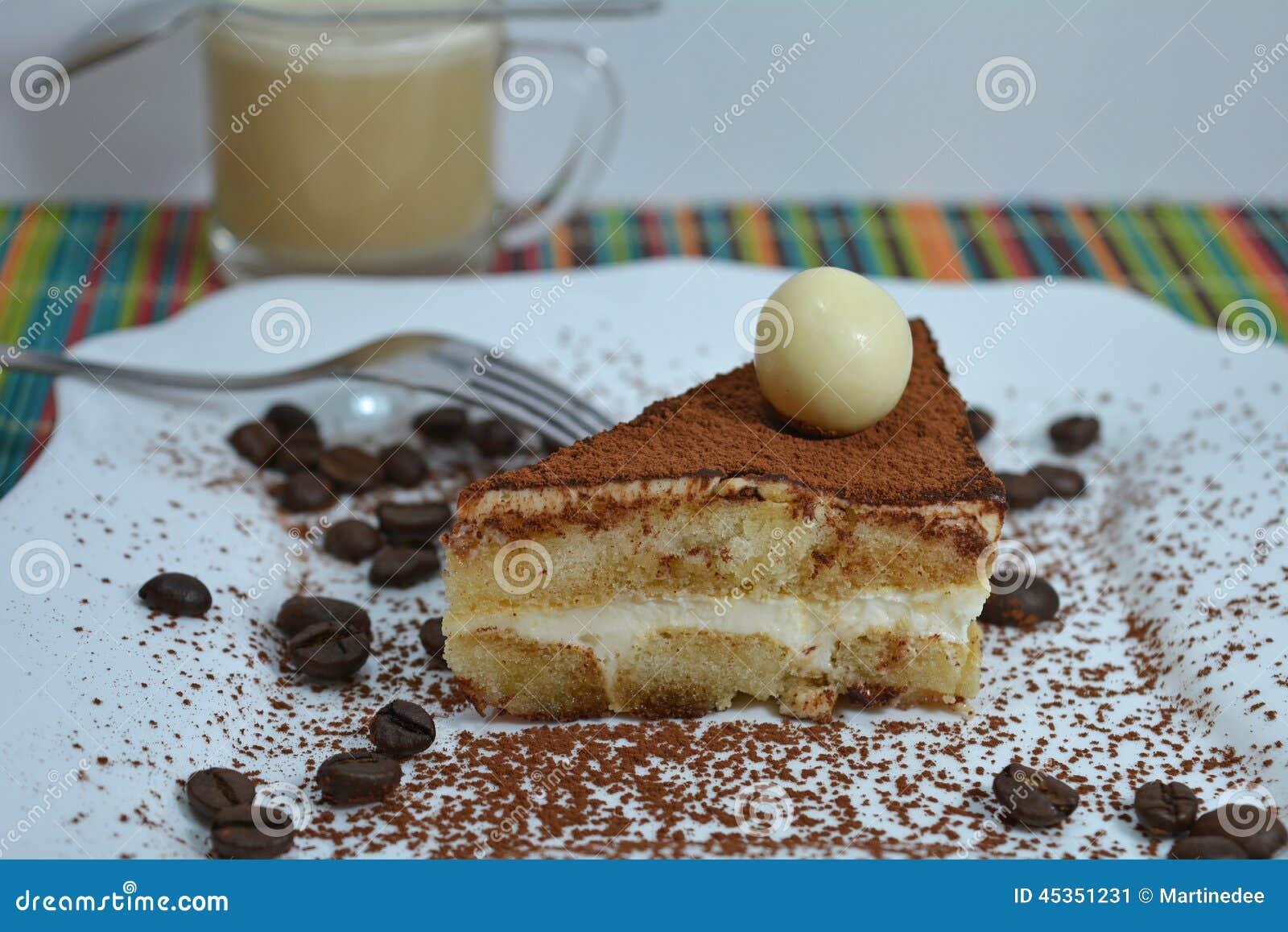 Dessert italien de tiramisu avec la tasse de café