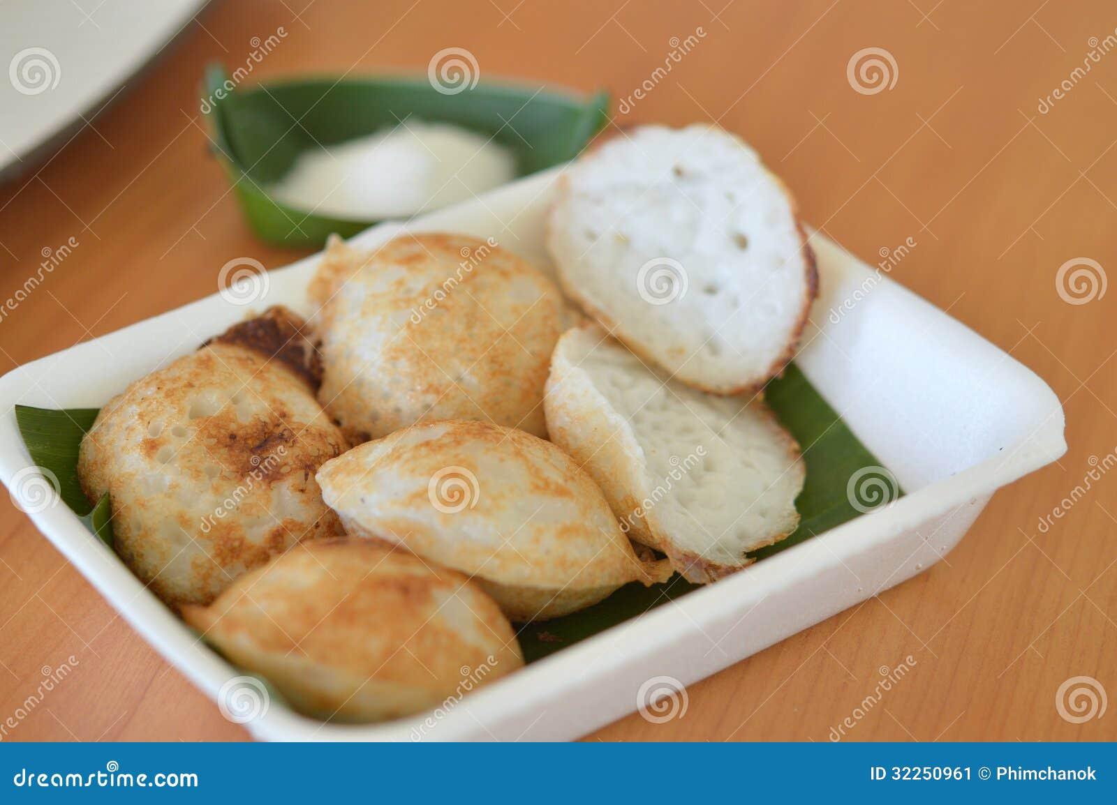 dessert lait de noix de coco et cr 234 pe tha 239 landais traditionnels de farine de riz image stock