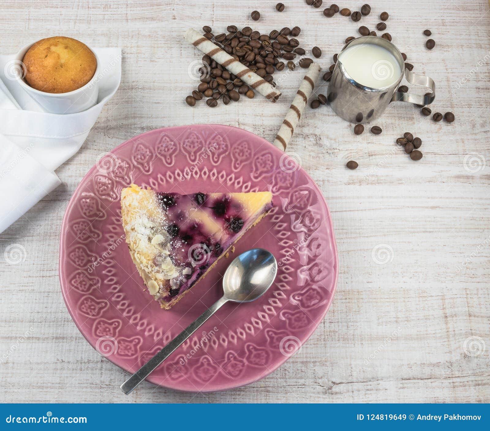 Dessert met bosbessen en kwark op een houten lichte achtergrond Het dessert van het de zomerfruit Mening van hierboven
