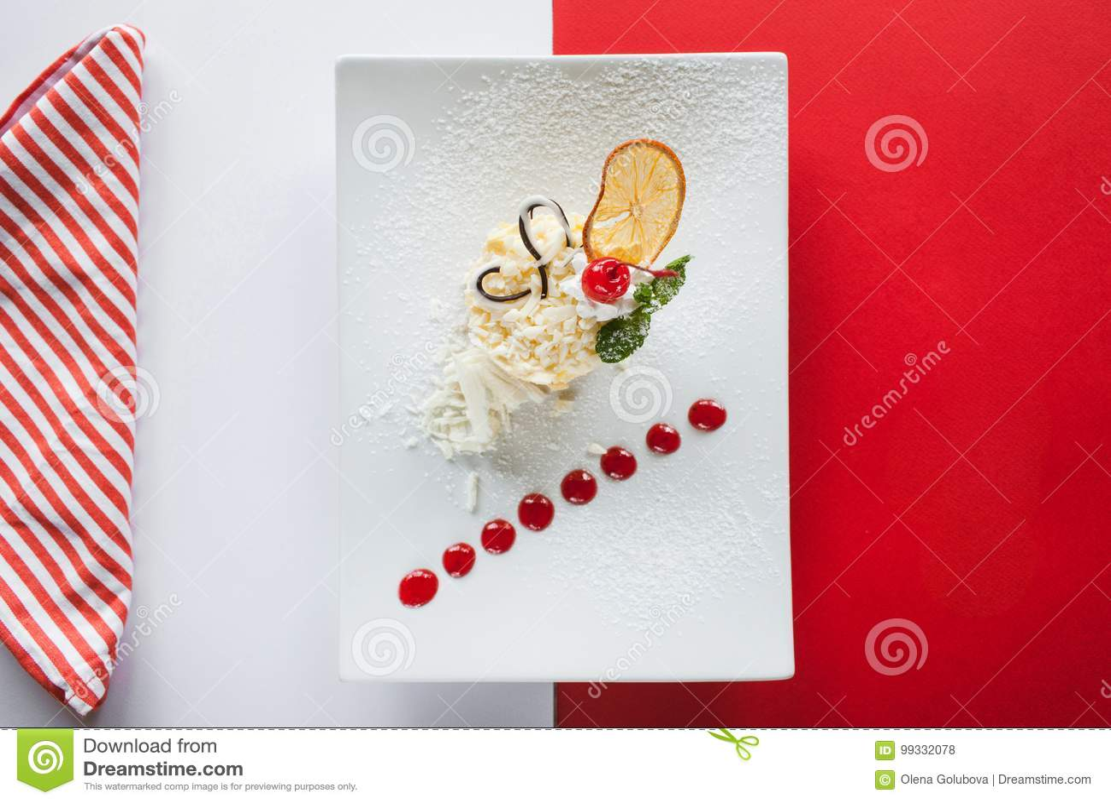 Dessert orange crémeux sur le fond coloré
