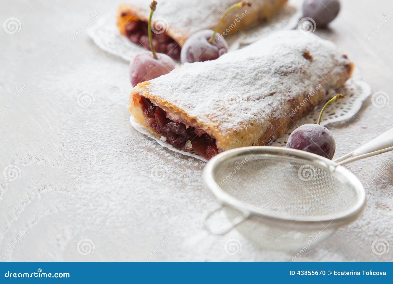 Dessert roumain et moldove traditionnel avec des griottes for Dessert avec des cerises fraiches