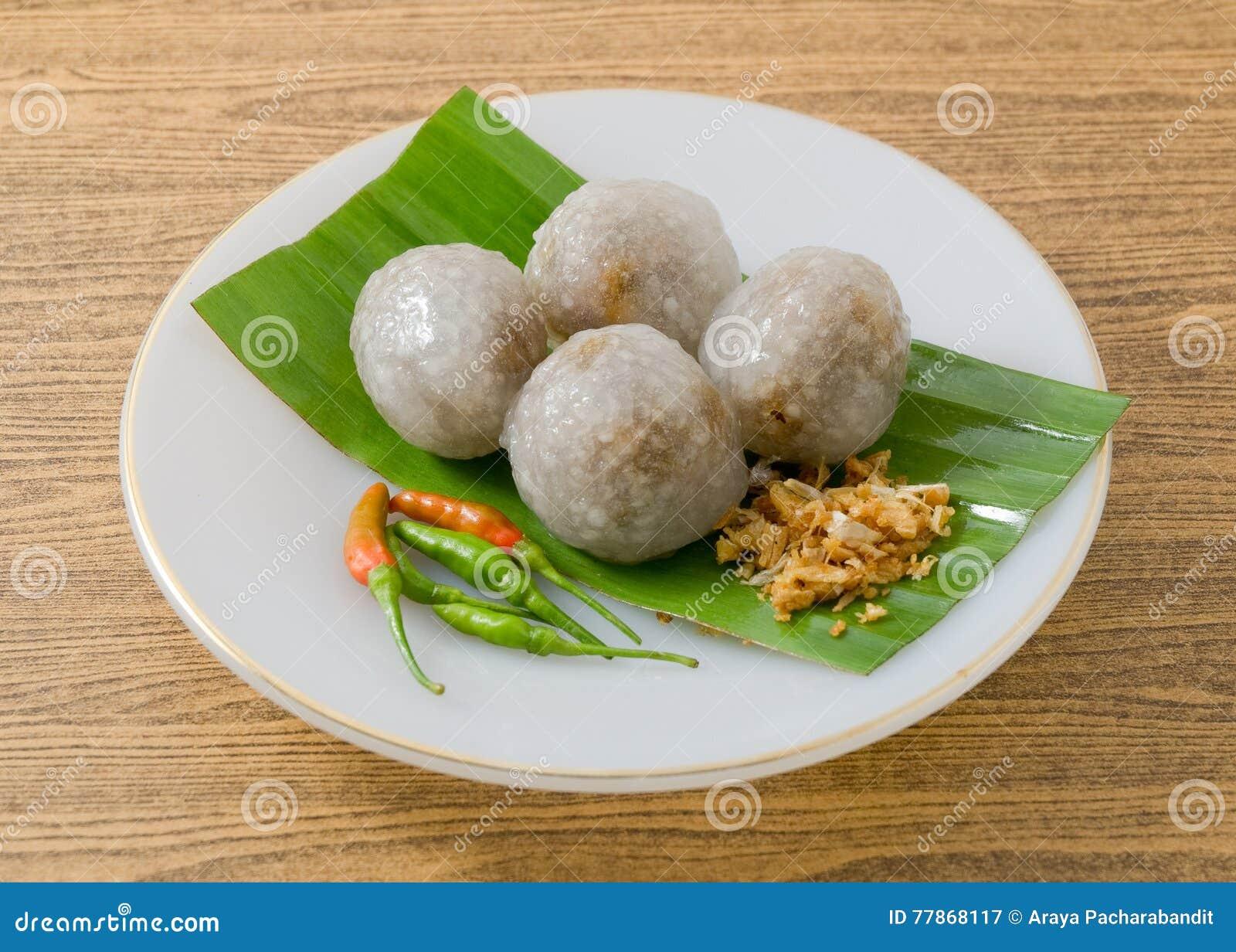Dessert thaïlandais des boules de tapioca remplies du porc haché