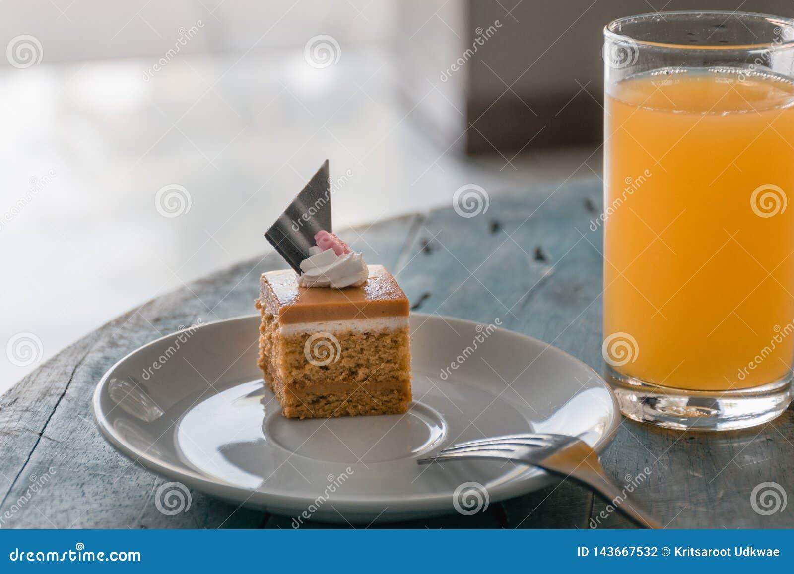 Dessert thaïlandais, gâteau thaïlandais de thé avec le jus d orange