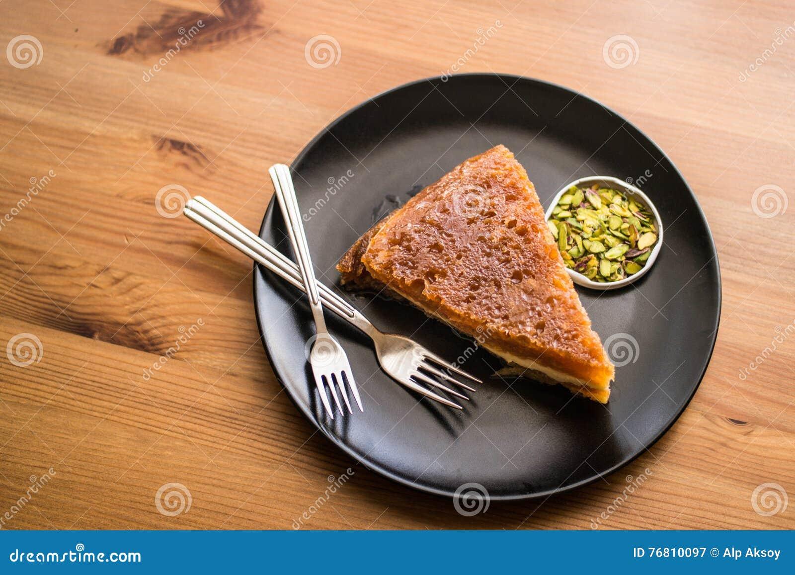 Dessert tradizionale turco Ekmek Kadayifi/budino del pane