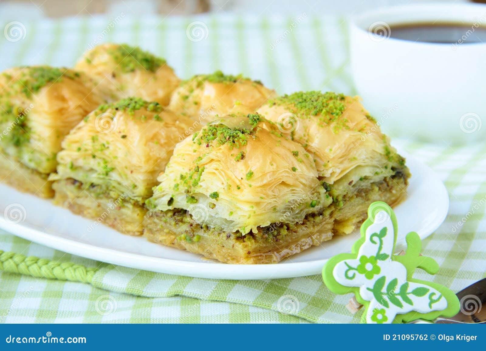 Dessert turc traditionnel baklava avec du miel - Cuisine turc traditionnel ...