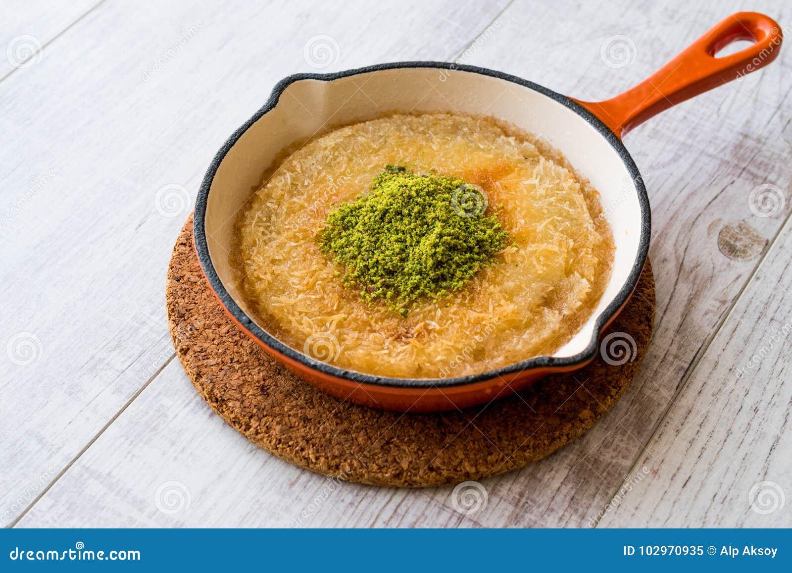 Dessert turco Kunefe con la polvere del pistacchio