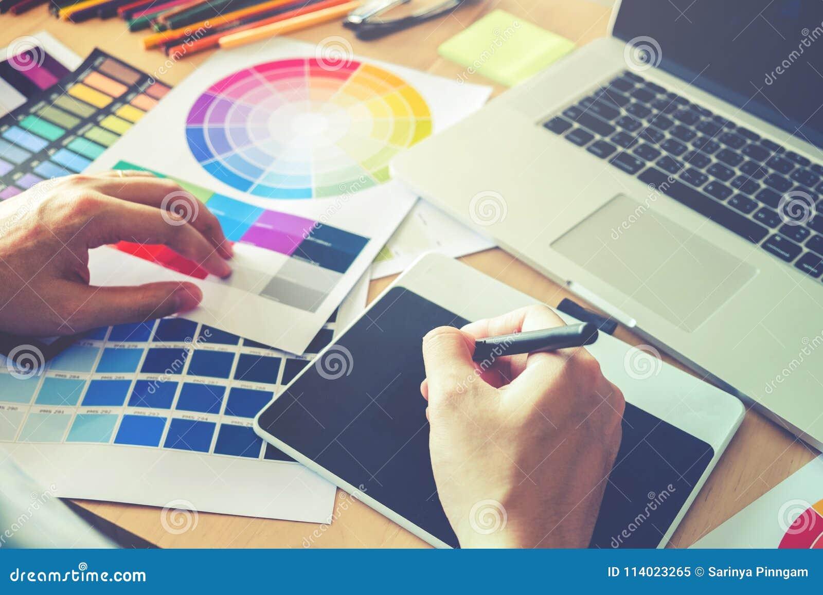 Dessin de concepteur sur la tablette graphique sur le lieu de travail