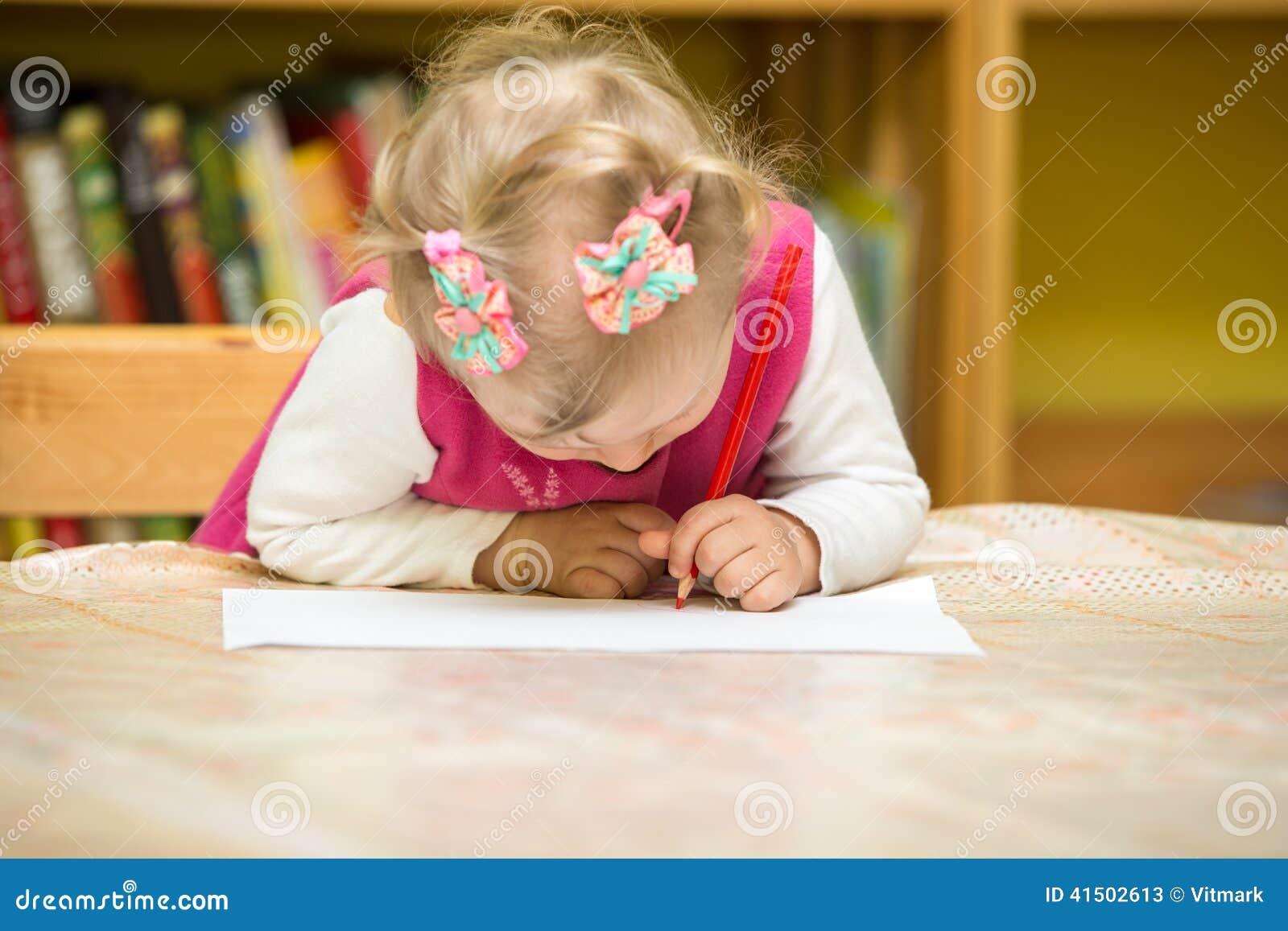 Dessin de fille d 39 enfant avec les crayons color s dans l 39 cole maternelle la table dessin de for Dessin de table de jardin