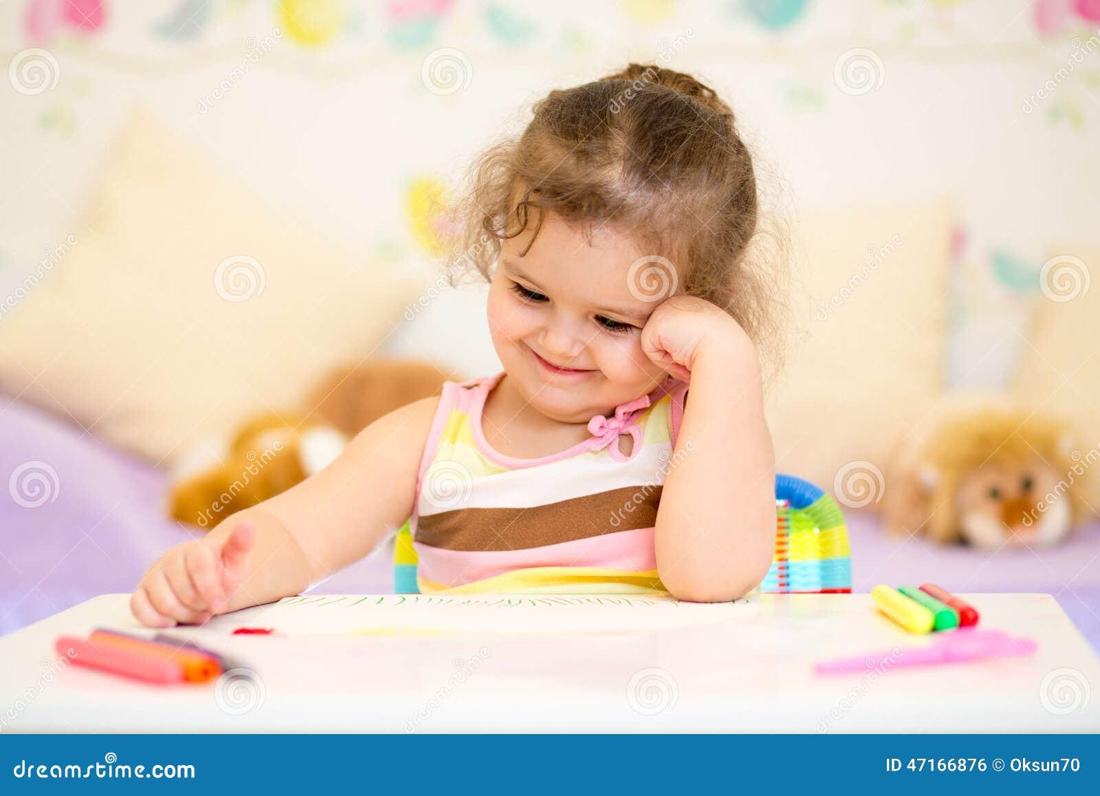 dessin de fille d 39 enfant dans la cr che photo stock. Black Bedroom Furniture Sets. Home Design Ideas