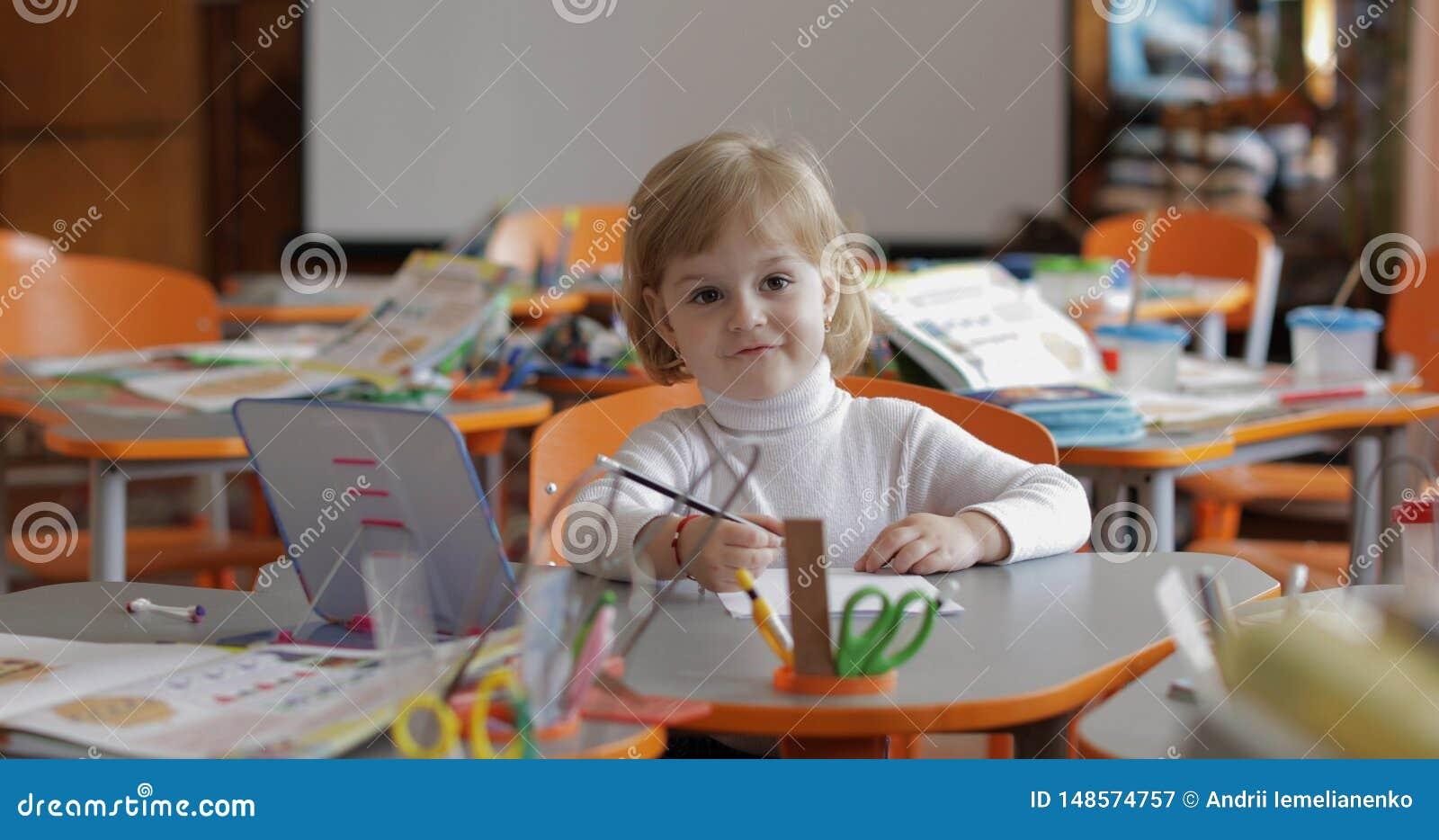 Dessin de fille ? la table dans la salle de classe ?ducation Enfant s asseyant ? un bureau