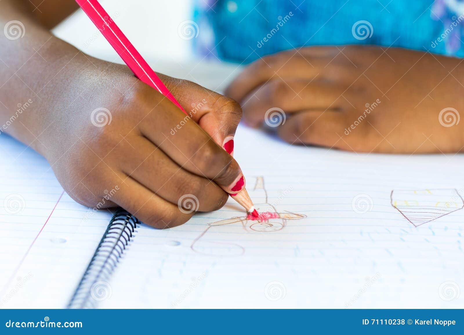 Dessin de la main de l 39 enfant africain sur le papier photo - Dessin main enfant ...