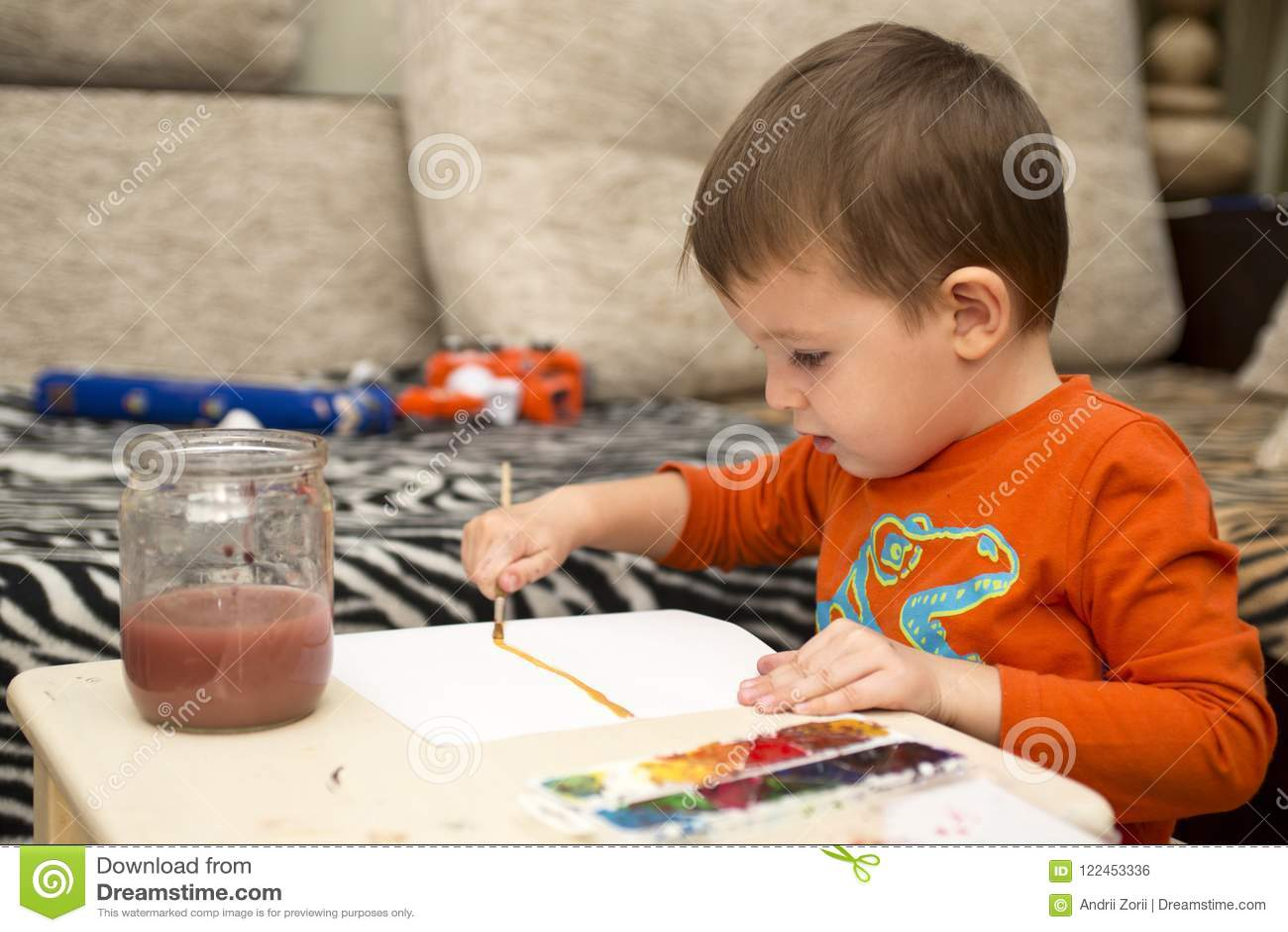 Dessin gai heureux d enfant avec la brosse utilisant des outils d une peinture Concept de créativité enfants, enfants peignant da