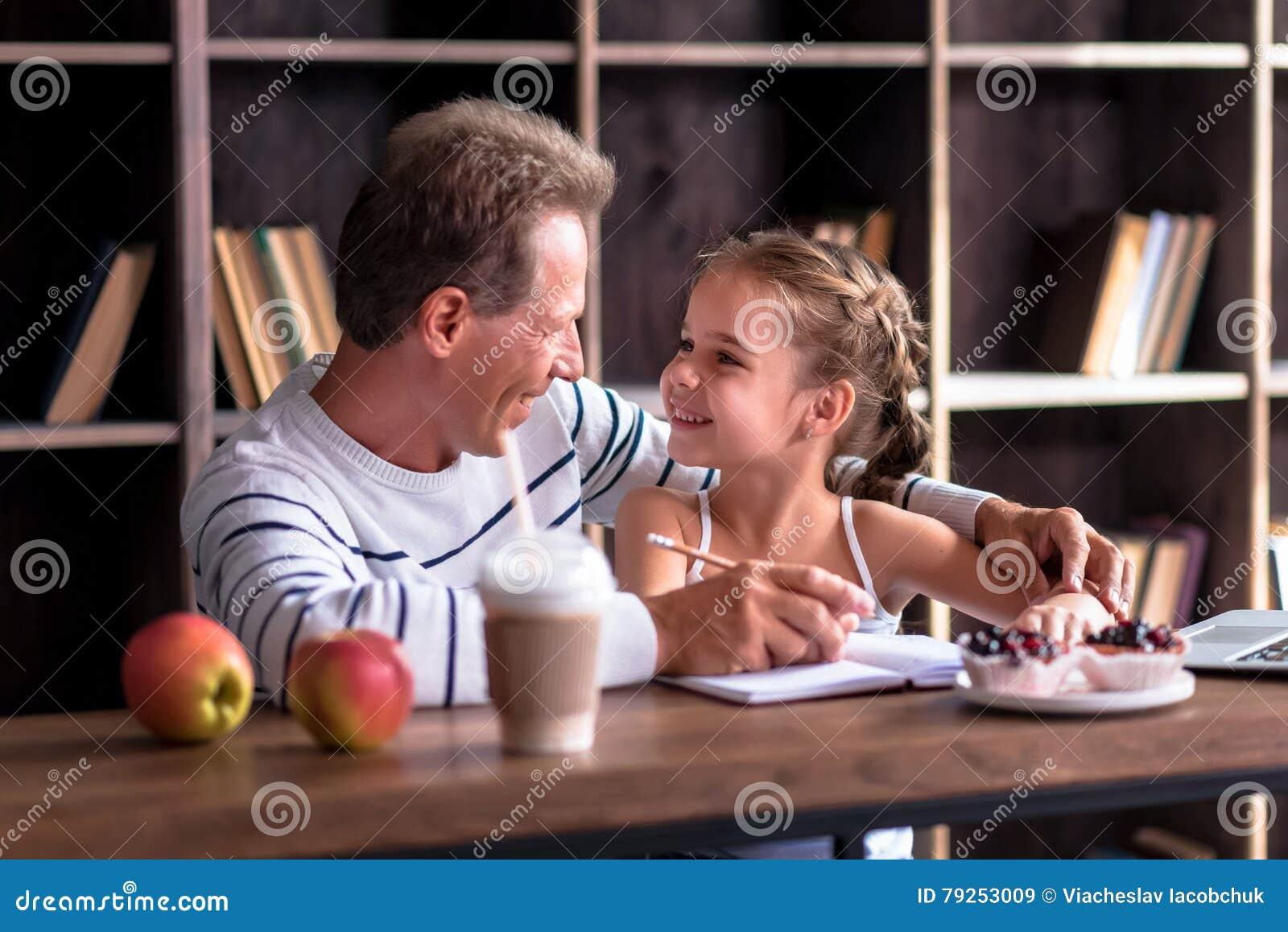 Dessin Joyeux De Petite Fille Avec Son Grand Père Image