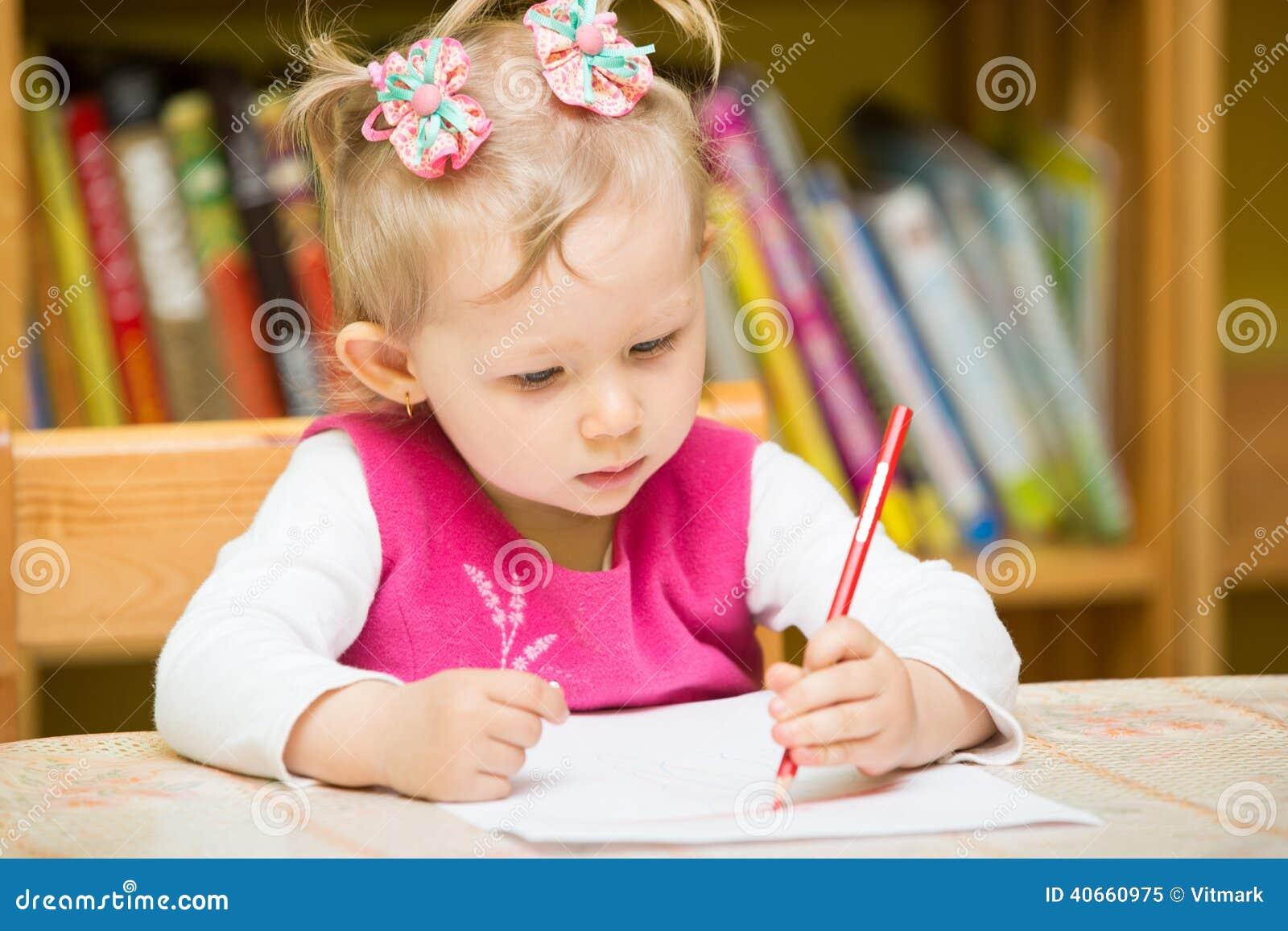 Dessin mignon de fille d 39 enfant avec les crayons color s - Table de jardin enfants ...
