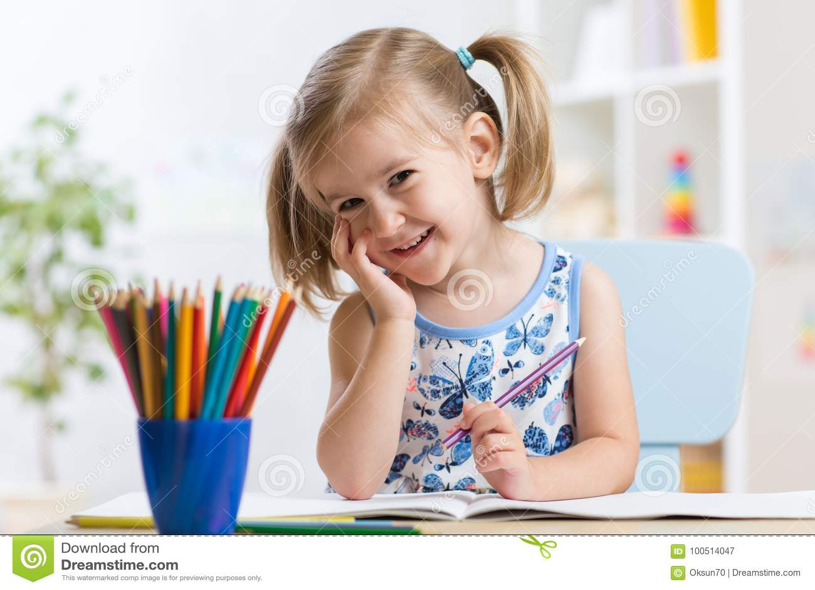 Dessin mignon de petite fille avec les crayons colorés sur le papier Joli enfant peignant à l intérieur à la maison, garde ou jar
