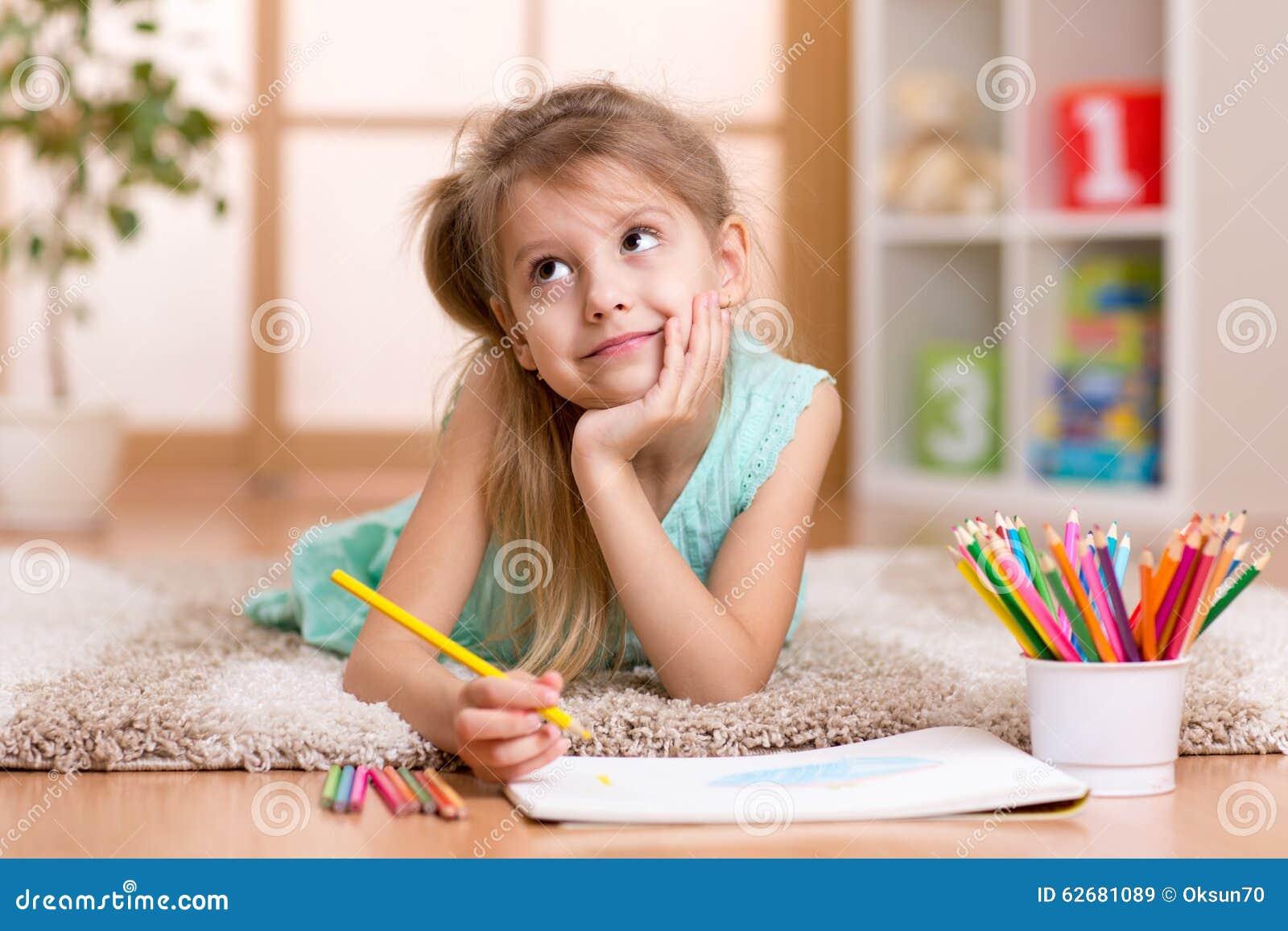 dessin r veur de fille d 39 enfant avec des crayons de couleur image stock image du enfant id e. Black Bedroom Furniture Sets. Home Design Ideas