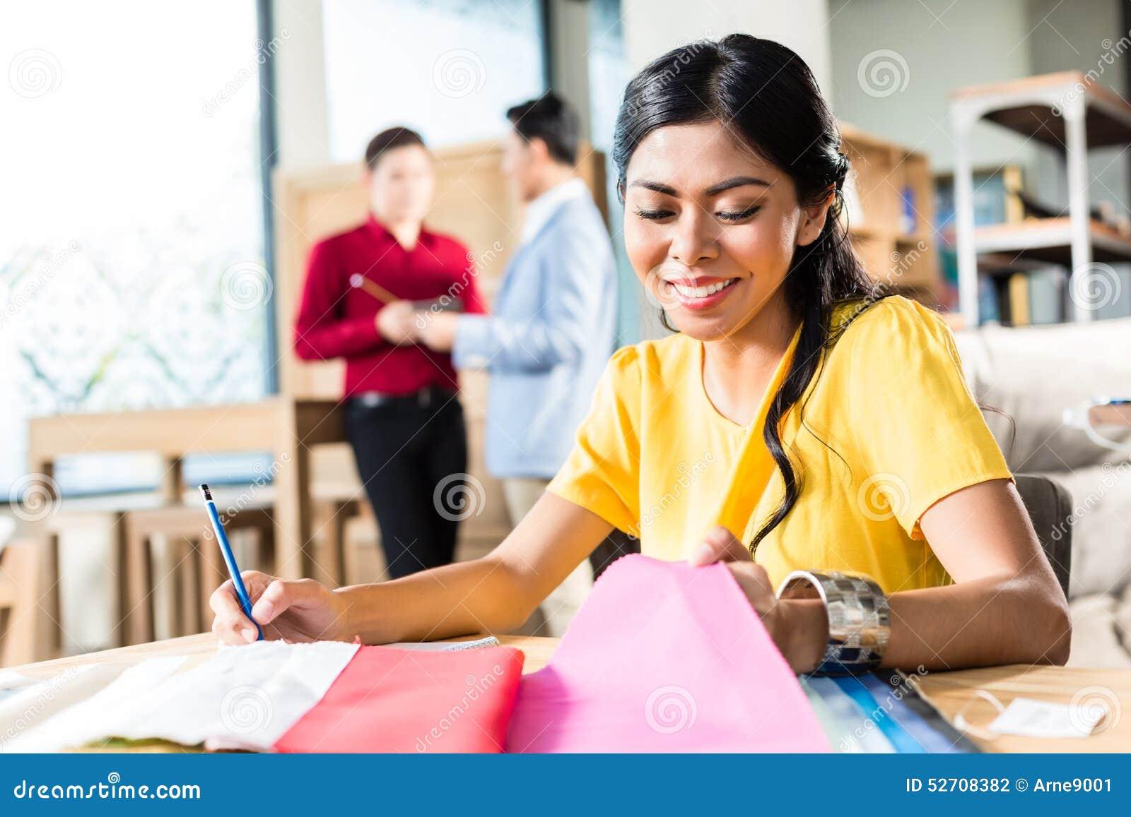Dessinateur d intérieurs travaillant dans le magasin de meubles