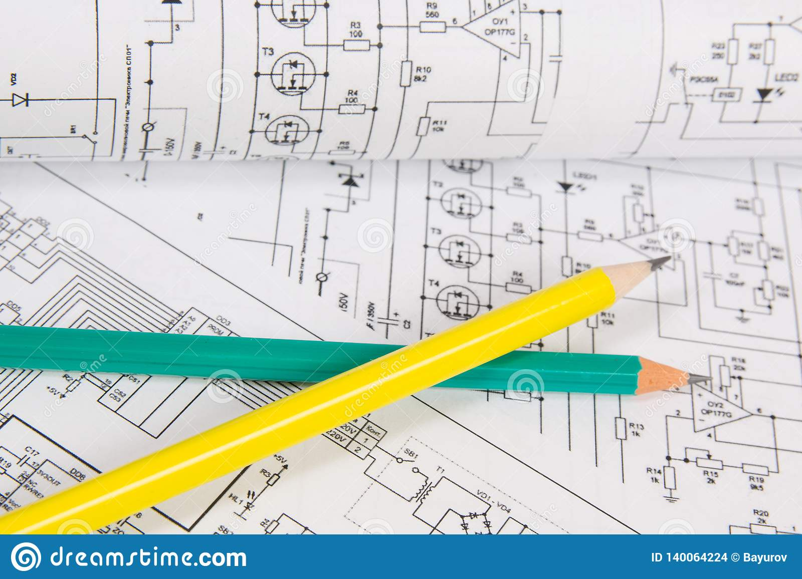 Dessins imprimés des circuits électriques et des crayons La Science, technologie et électronique