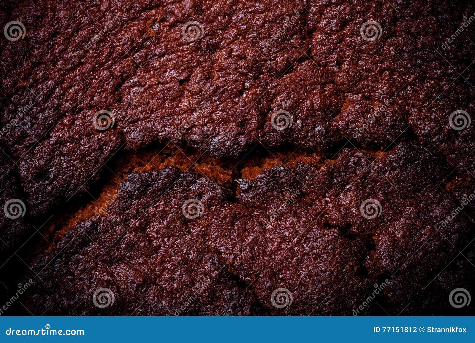 Dessus de gâteau de chocolat frais avec des fissures toned