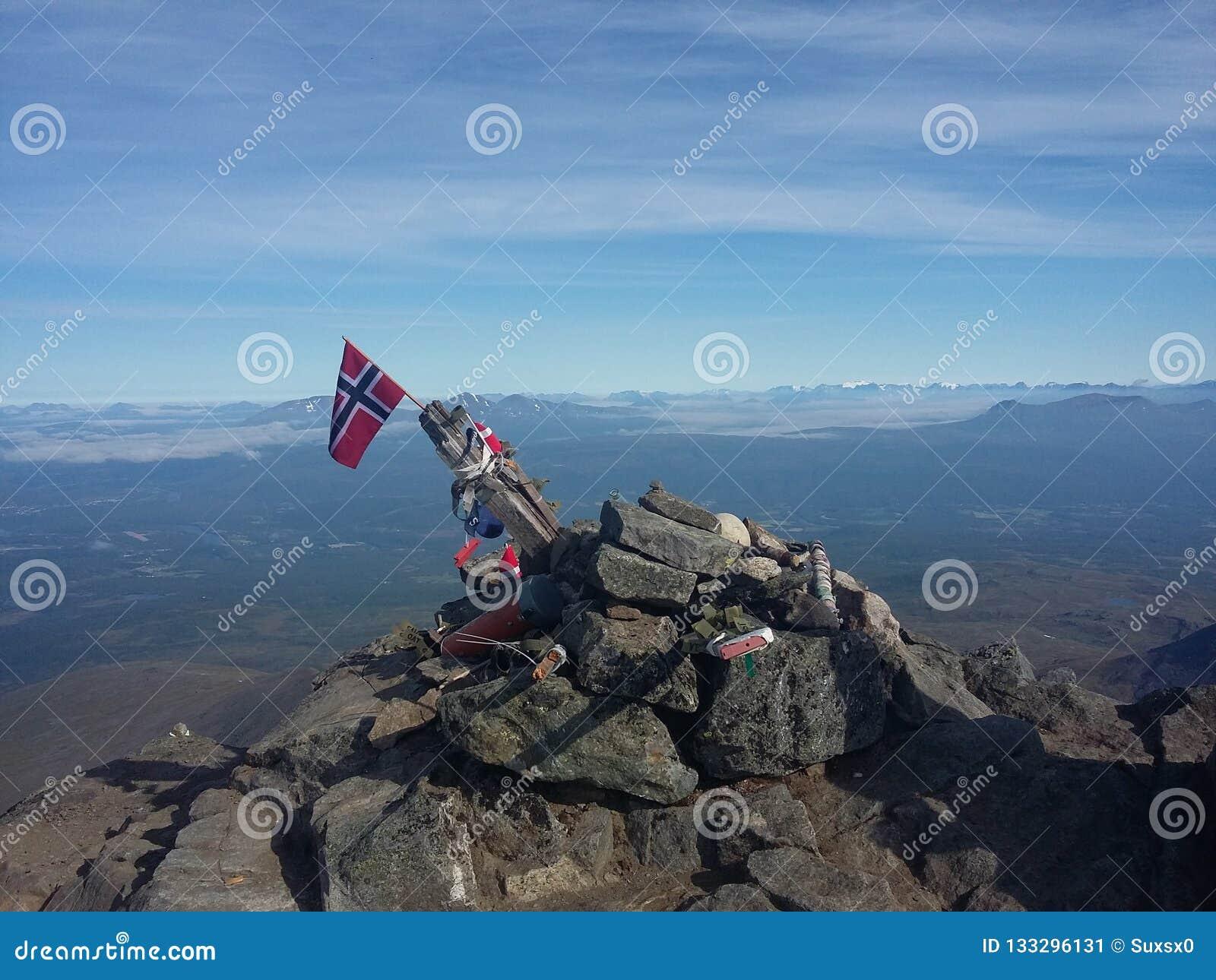 Dessus de montagne avec le drapeau