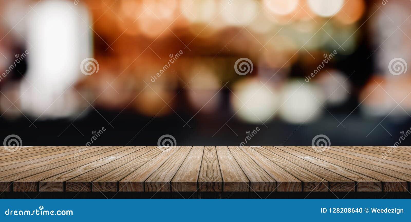 Dessus de table en bois de planche avec le compteur de barre de boîte de nuit de tache floue avec le bokeh