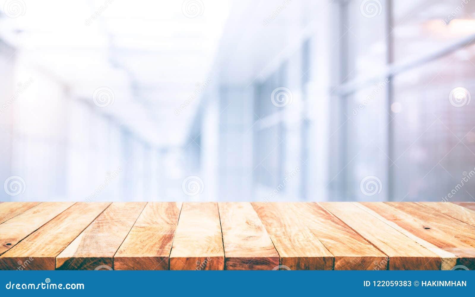 Dessus de table en bois sur le bureau blanc de forme de fond de mur