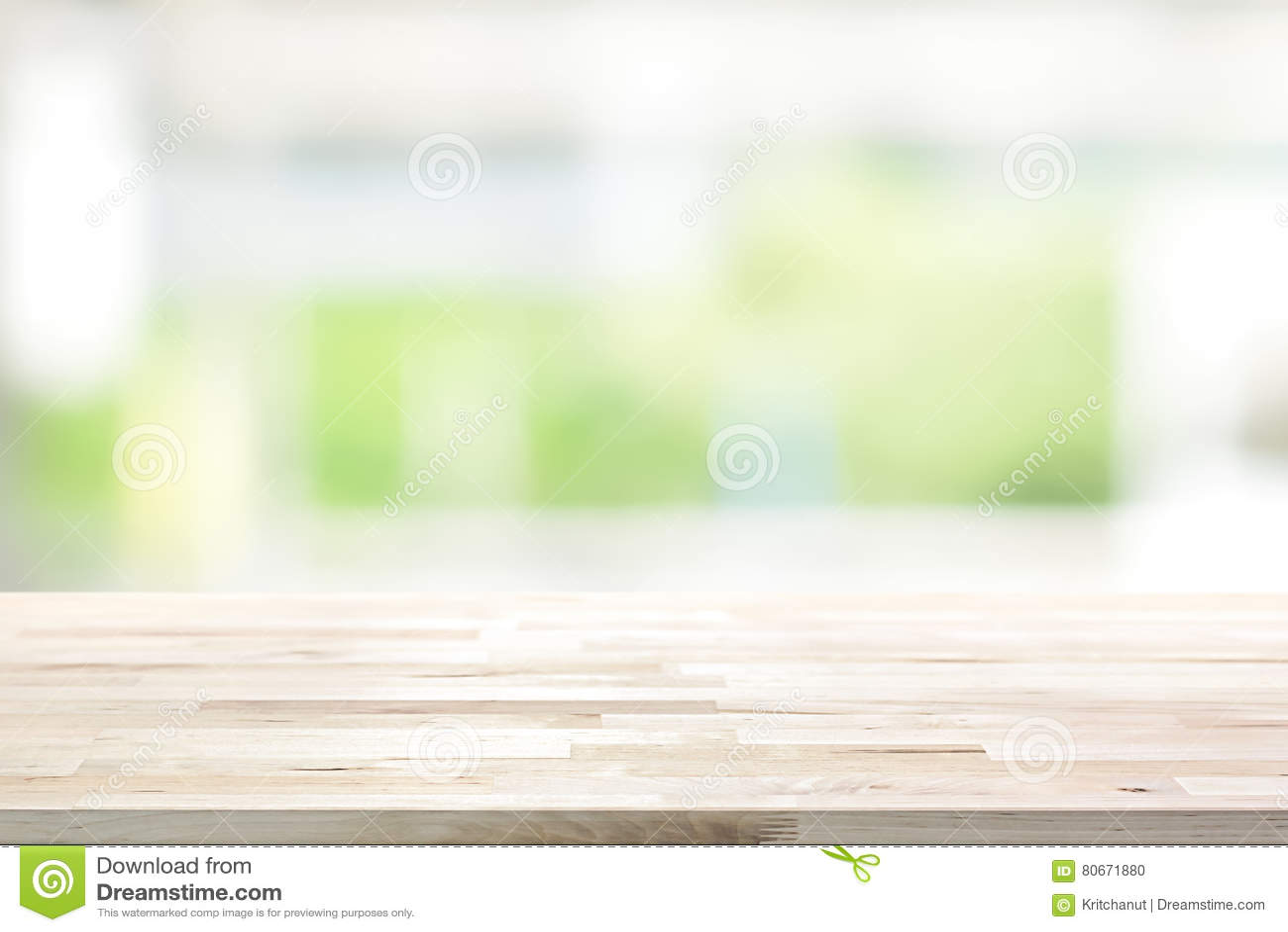 Dessus de table en bois sur le fond vert blanc de fenêtre de cuisine de tache floue