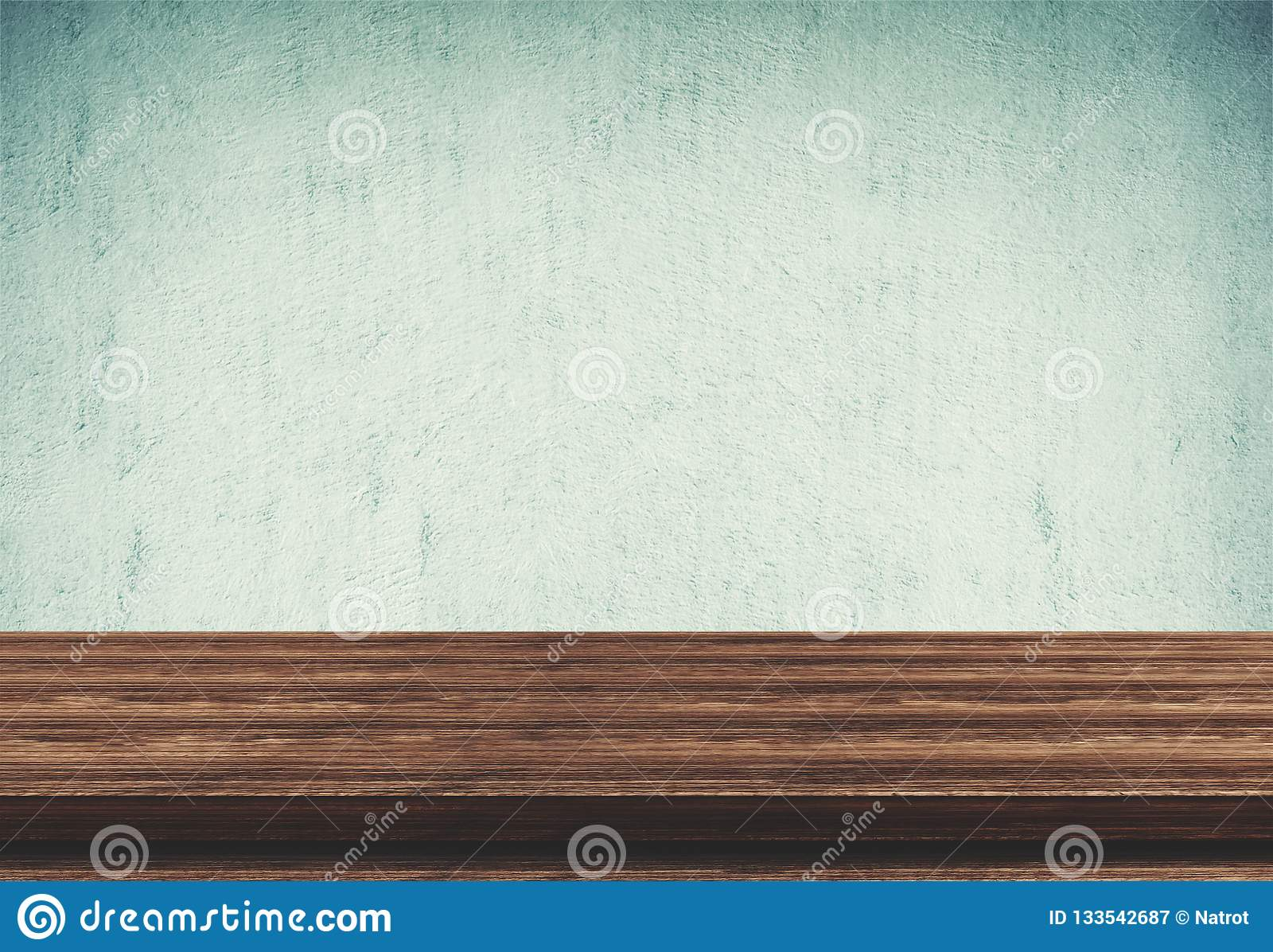 Dessus de table en bois vide sur le fond concret bleu