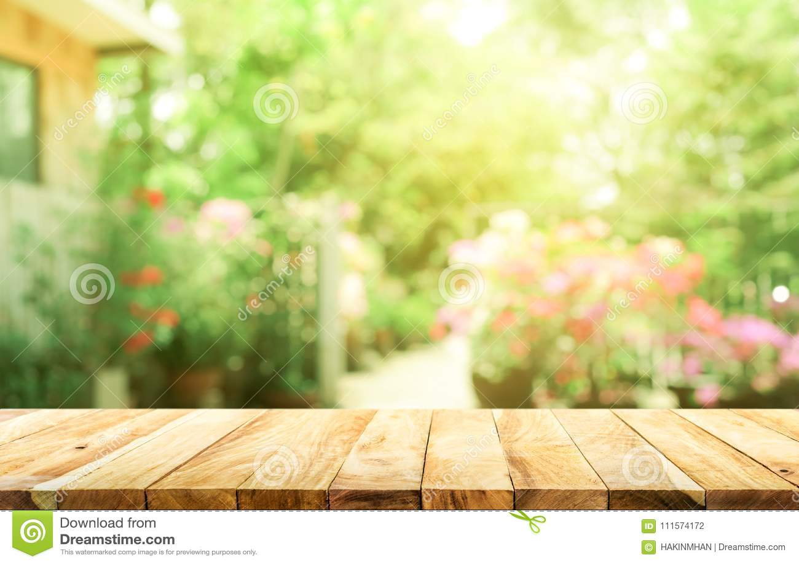 Dessus de table en bois vide sur le vert d abrégé sur tache floue du jardin