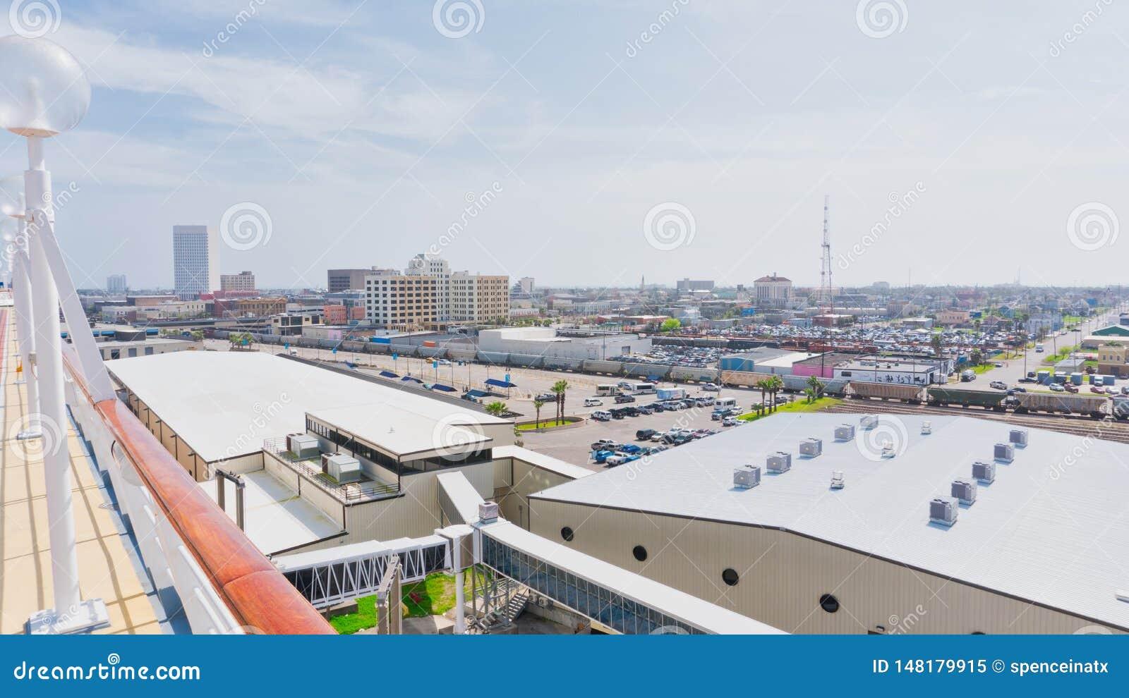 Dessus des bâtiments au port de croisière