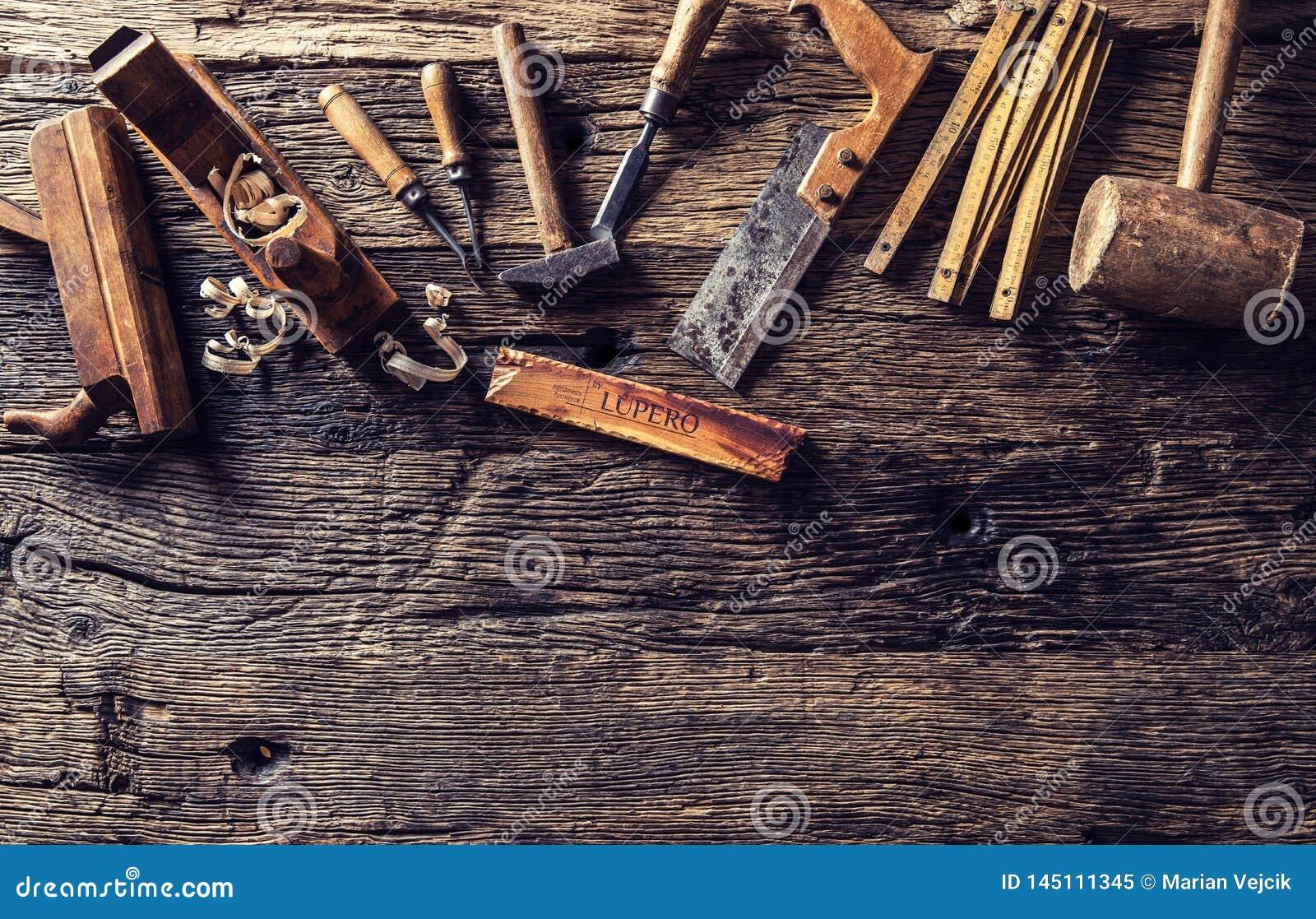 Dessus des outils de charpentier de cru de vue dans un atelier de menuiserie