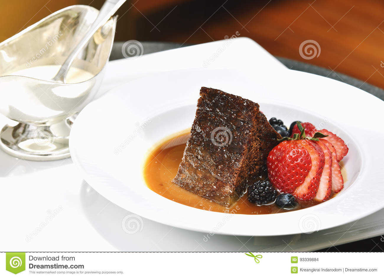 Dessus doux de dessert avec les baies, le pudding de pain avec la fraise, la banane, la framboise, la myrtille, la mûre et la pas