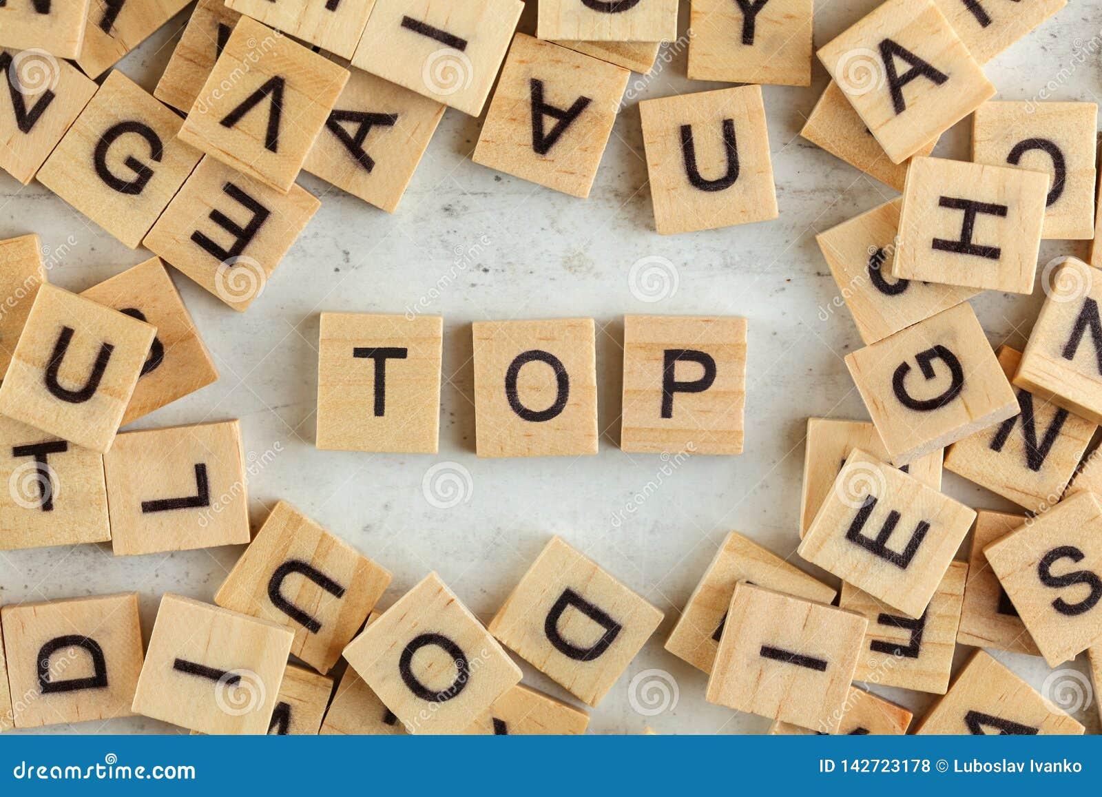 Dessus en bas de vue, pile des blocs en bois carrés avec le mot DESSUS sur le conseil blanc
