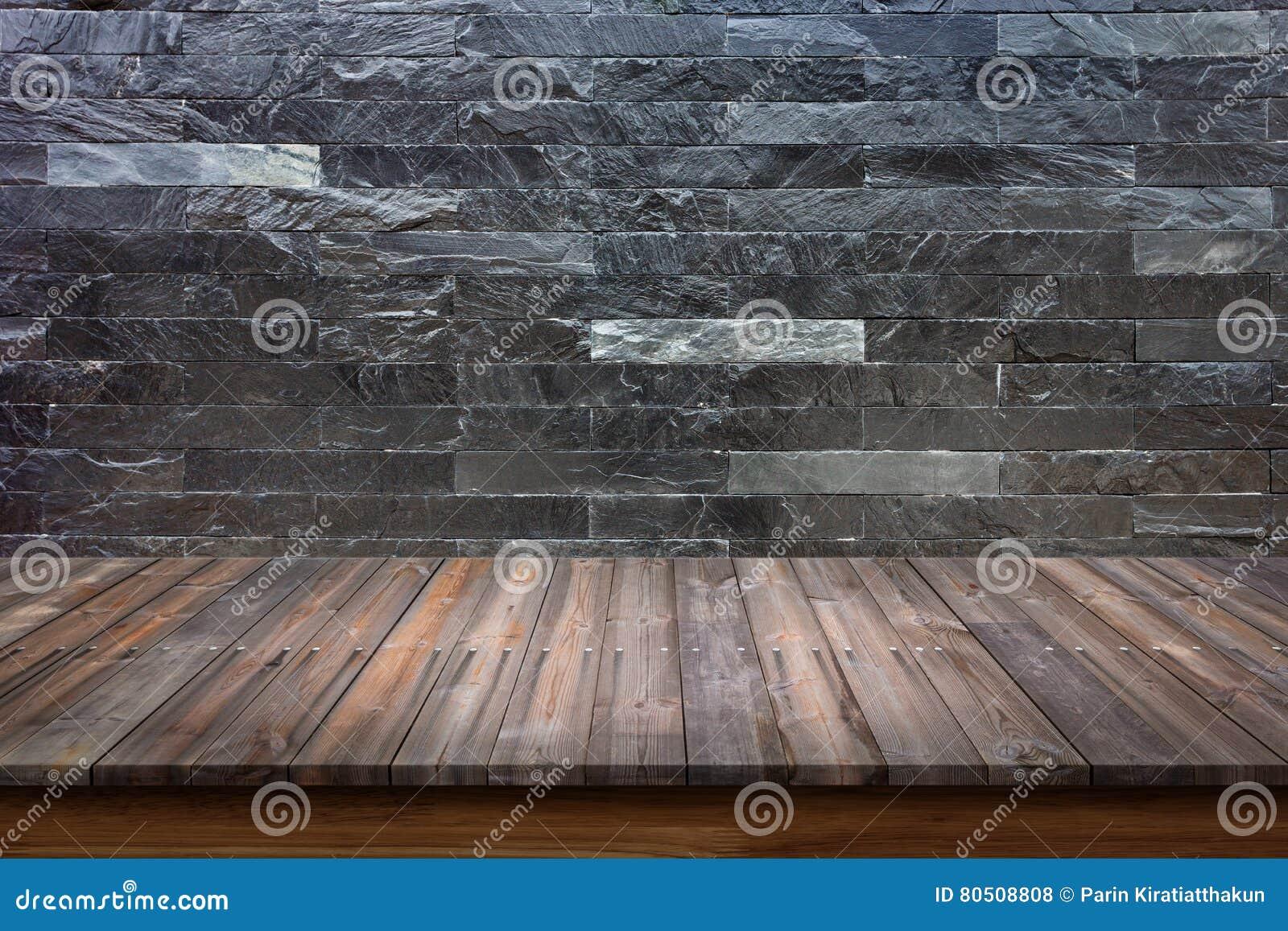 Dessus vide de la table en bois sur le fond de marbre noir de mur en