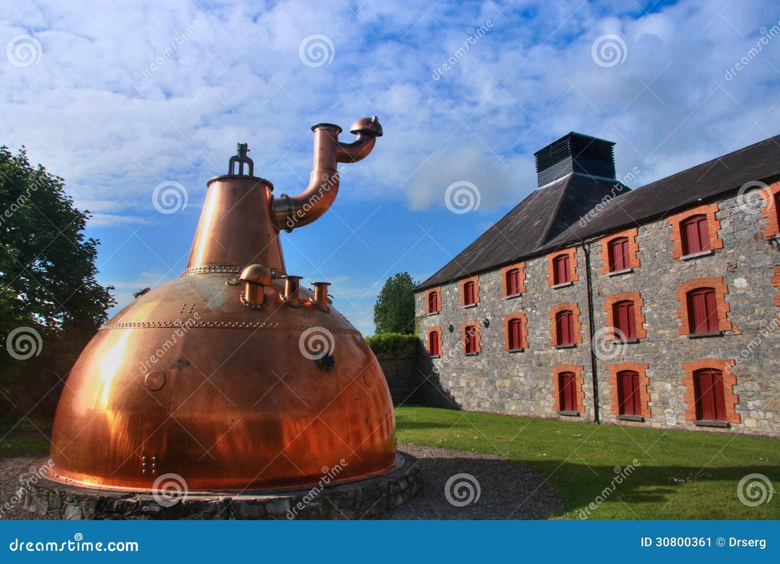 Destilería de cobre grande vieja del whisky al aire libre