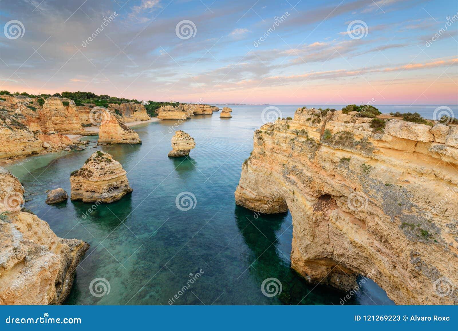 vacances au portugal Coucher du soleil étonnant à la plage de Marinha dans lu0027Algarve, Portugal  Aménagez en parc avec des couleurs fortes du0027une des destinations  principales de ...