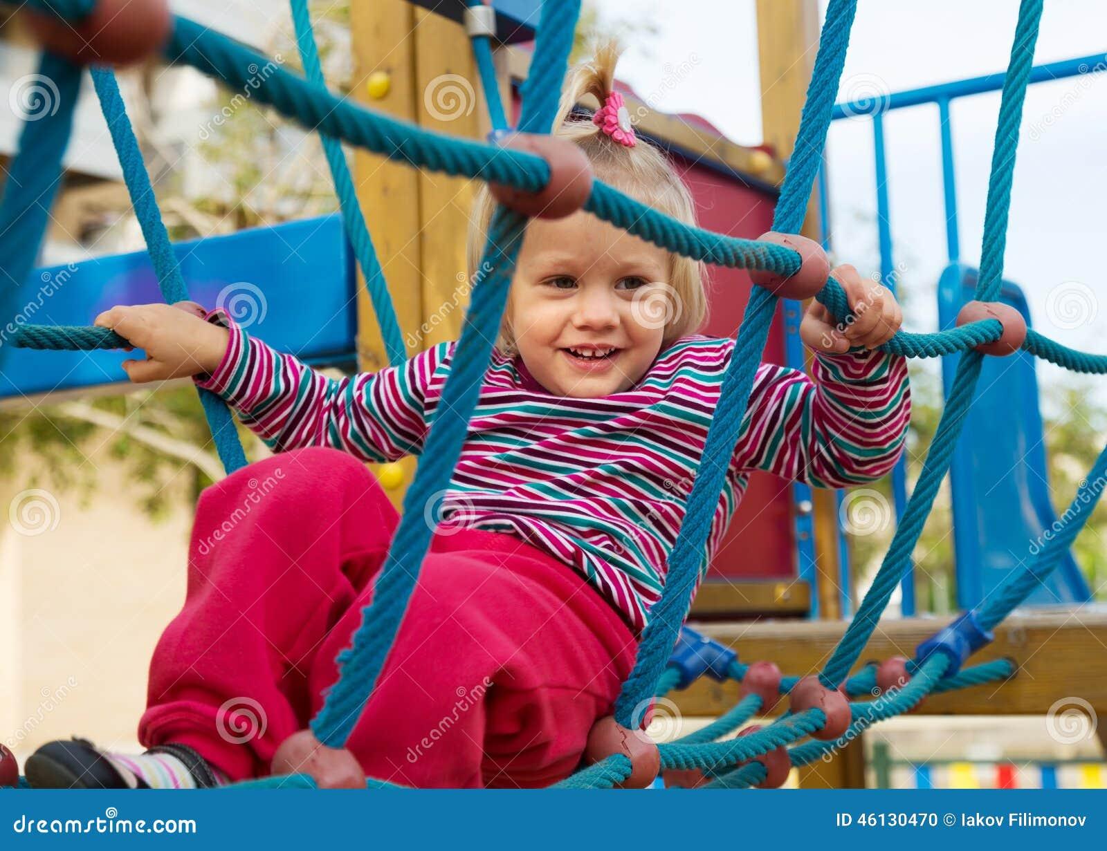 Destreza que se convierte de la muchacha emocionada en el patio