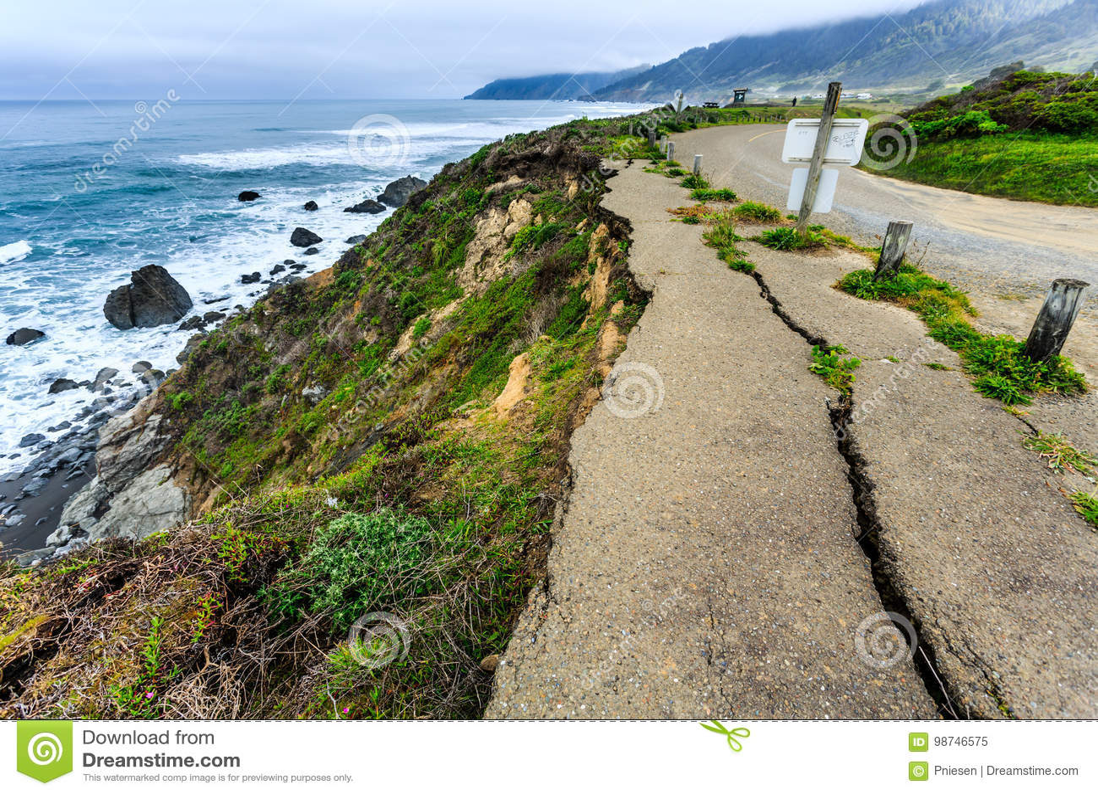 Destruction d érosion clairement évidente sur la route isolée de côte