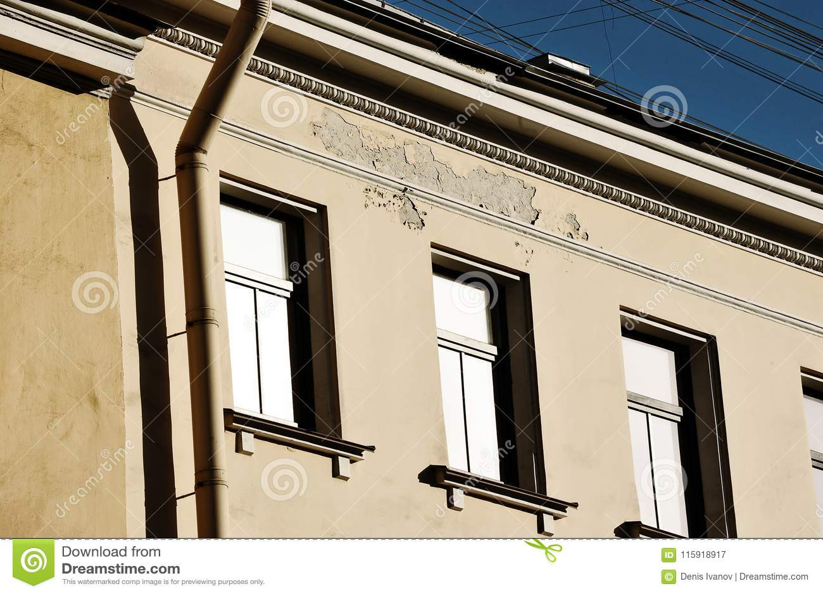 Destruction du bâtiment - le plâtre vole outre du mur