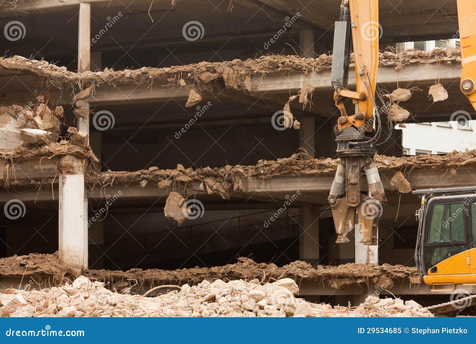 Destruição da construção concreta com equipamento