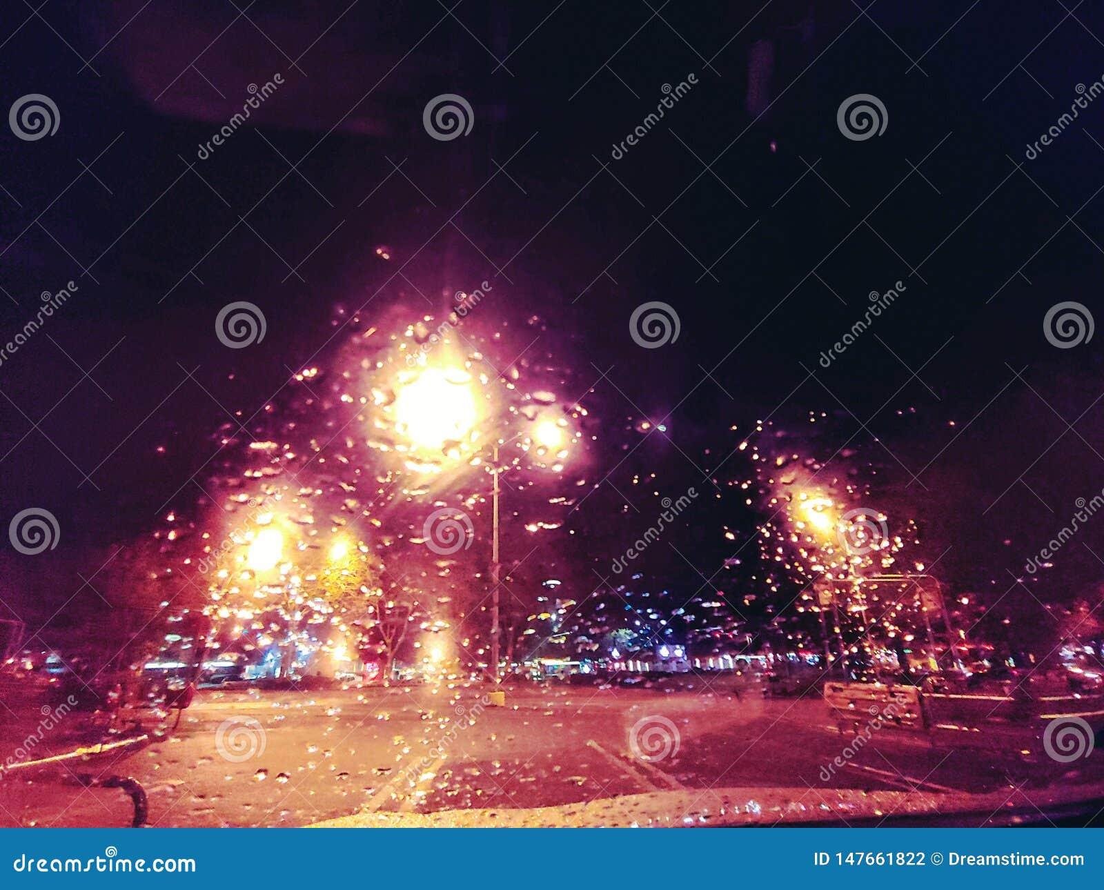 Deszcz krople przy noc?
