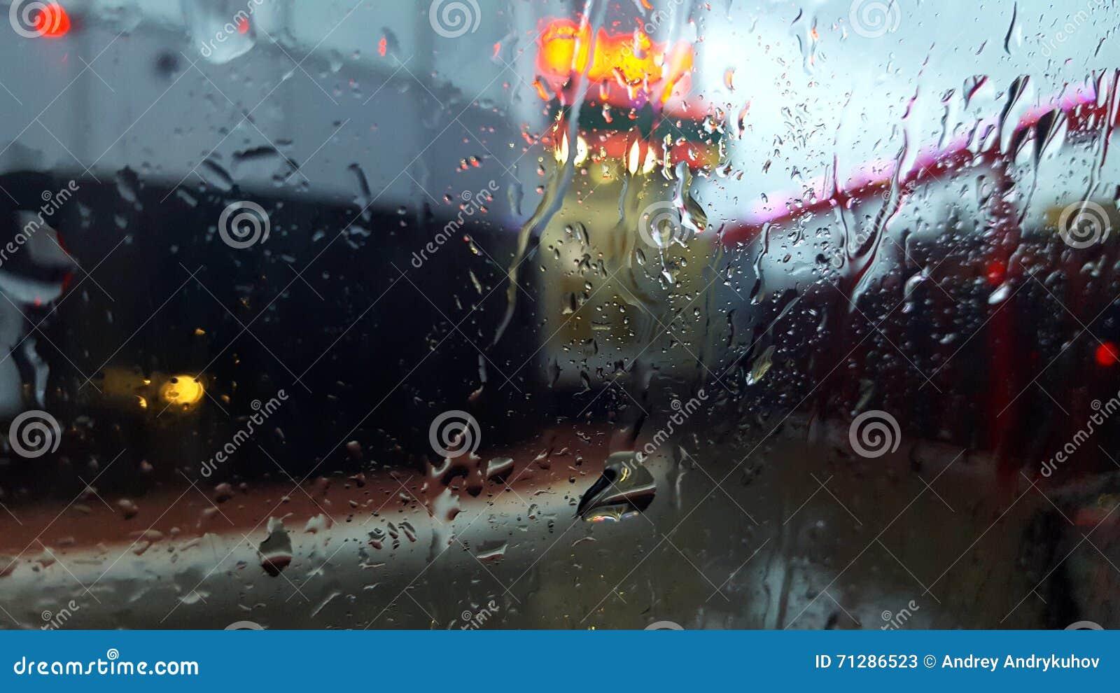 Deszcz na ulicie