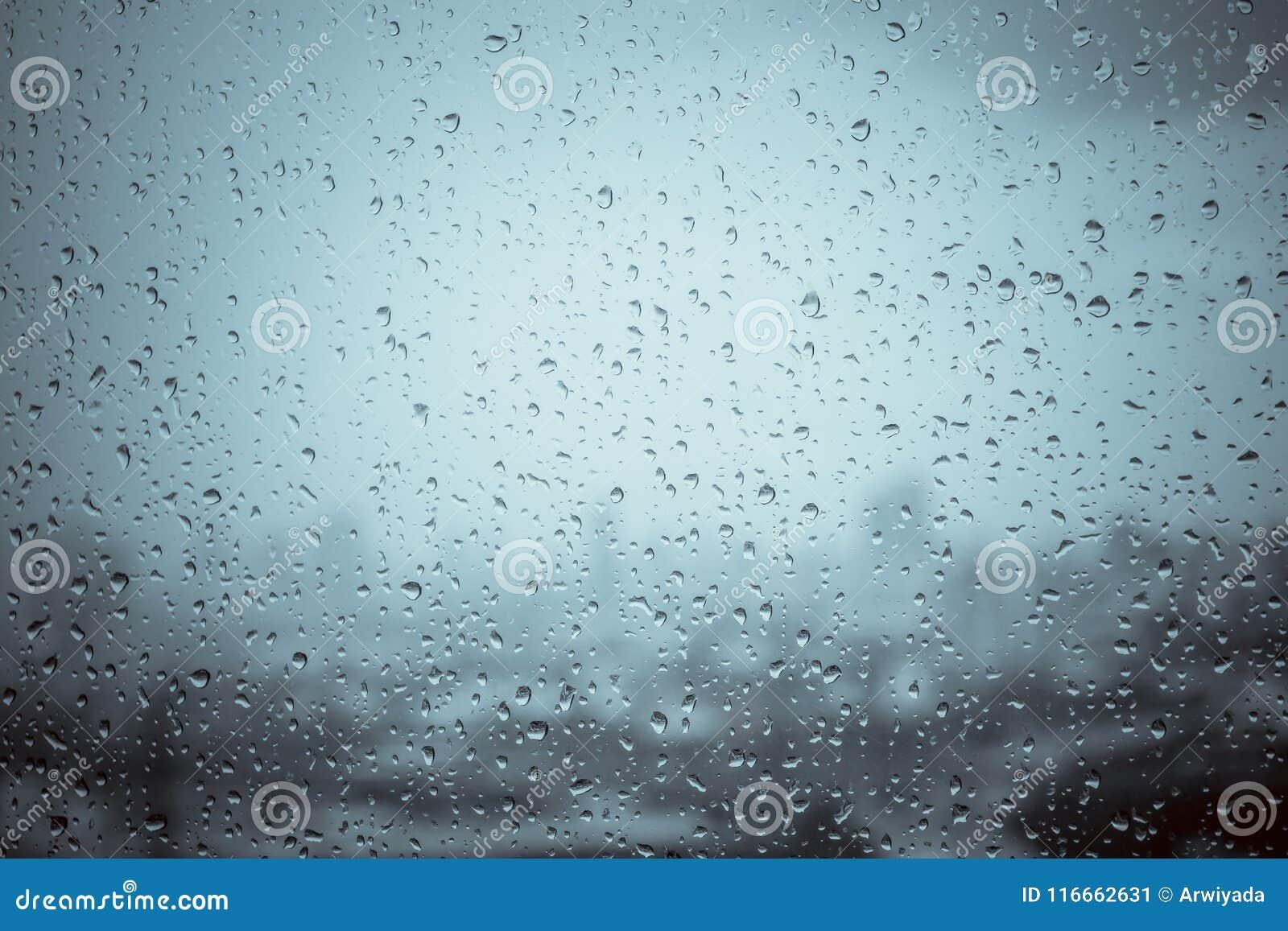 Deszcz opuszcza na nadokiennym szkle na zewnątrz tekstury tła wody w