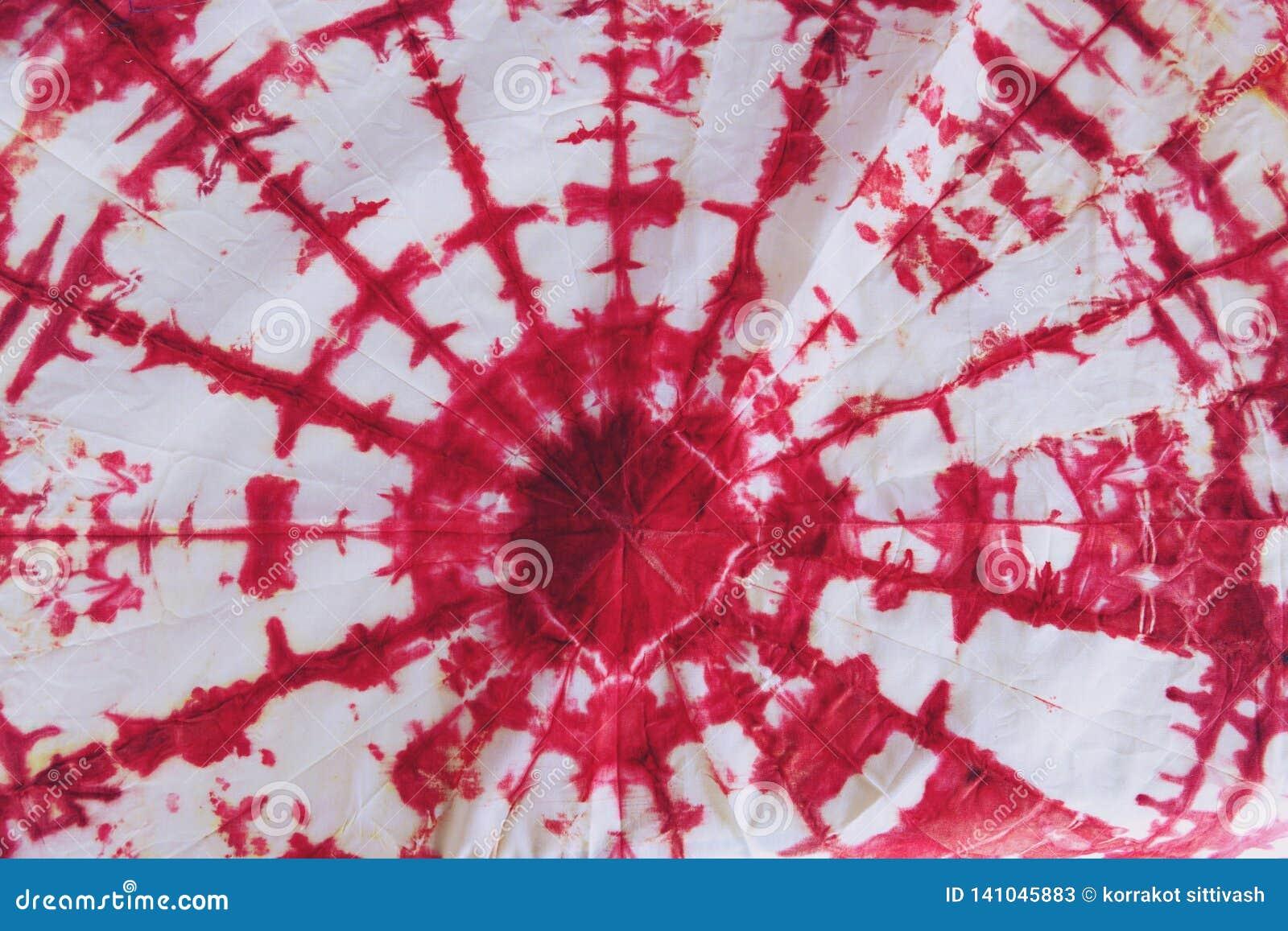 Det abstrakta bandet färgade tyg av röd färg på vit bomull