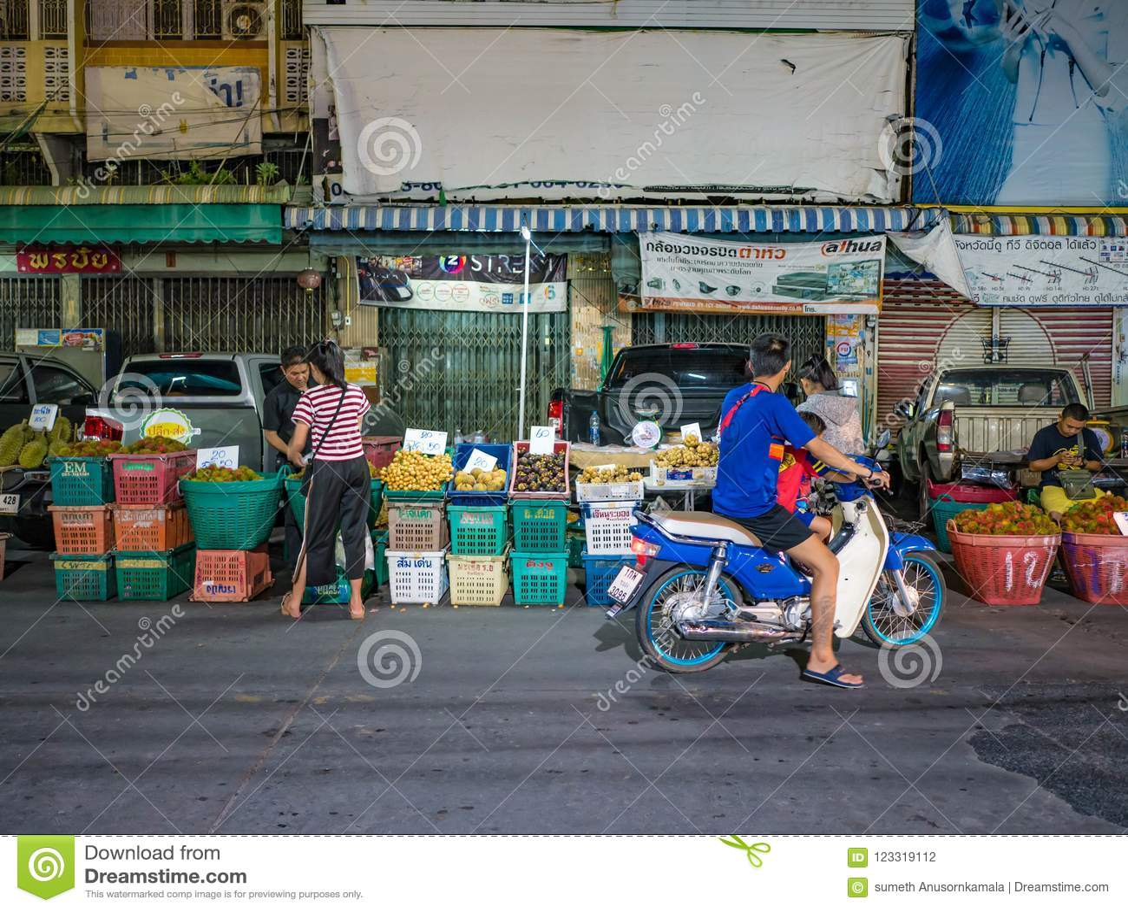 Det asiatiska folket kommer till att shoppa i fruktmarknad i rayongstad