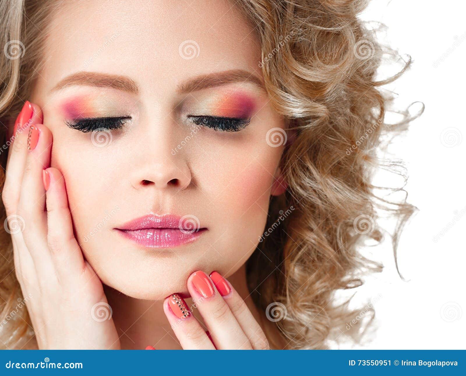 Det färgrika sminket skuggar och spikar kvinnaskönhetståenden som isoleras på vit