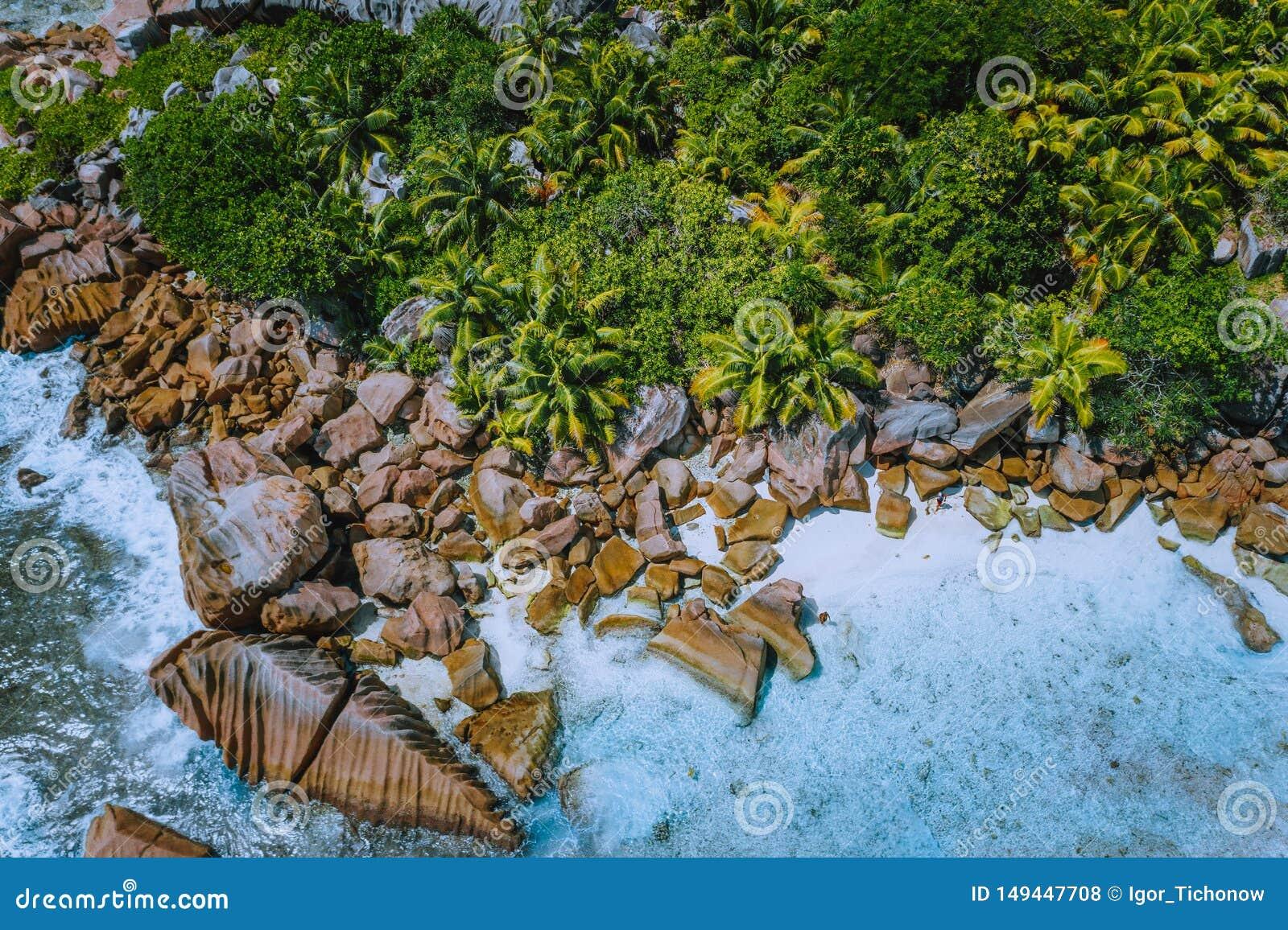 Det flyg- surrfotoet av steniga stenblock av härliga Anse Cocos sätter på land på La Digue, Seychellerna