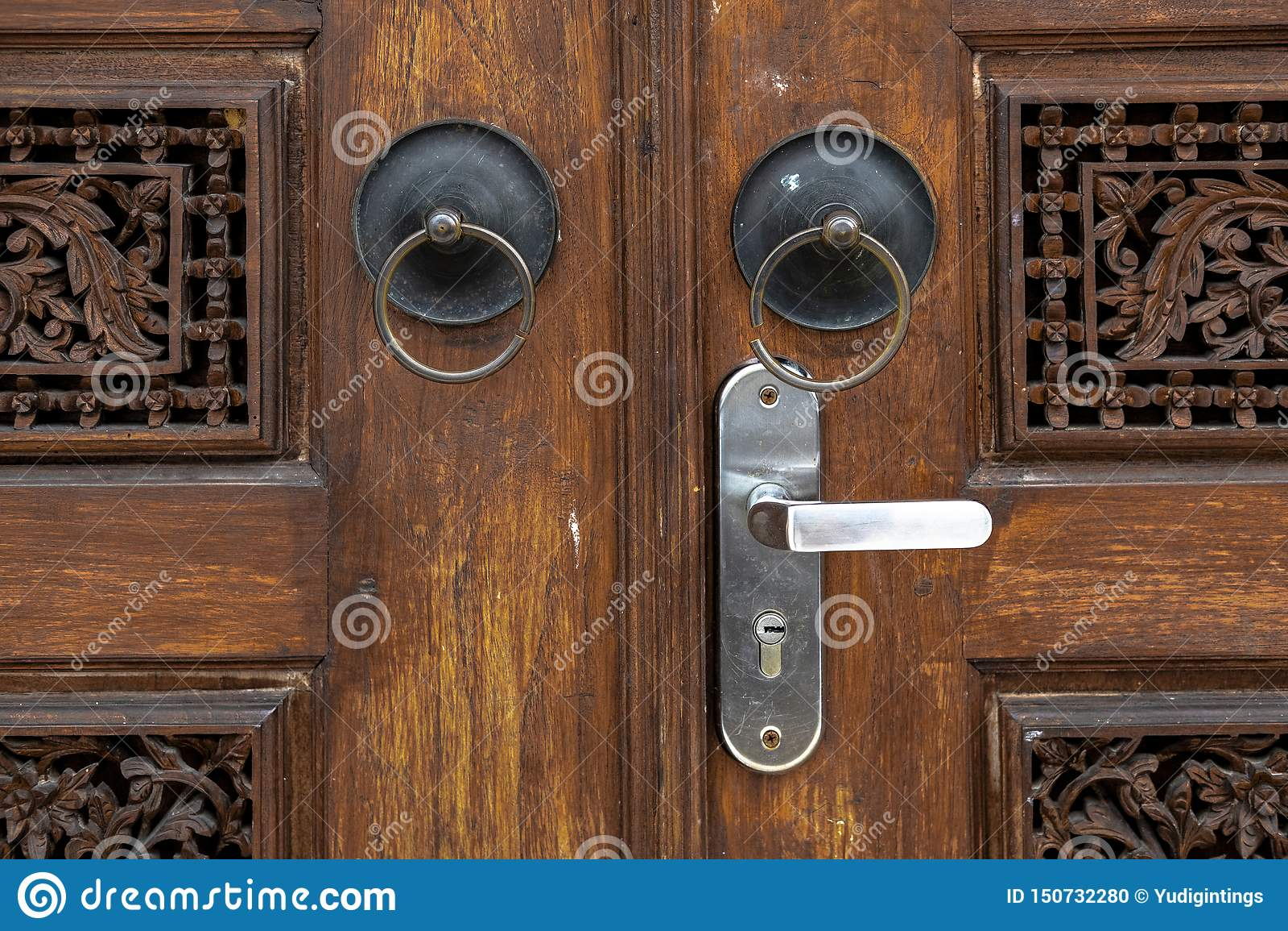 Det forntida ringformiga dörrhandtaget på Gebyok