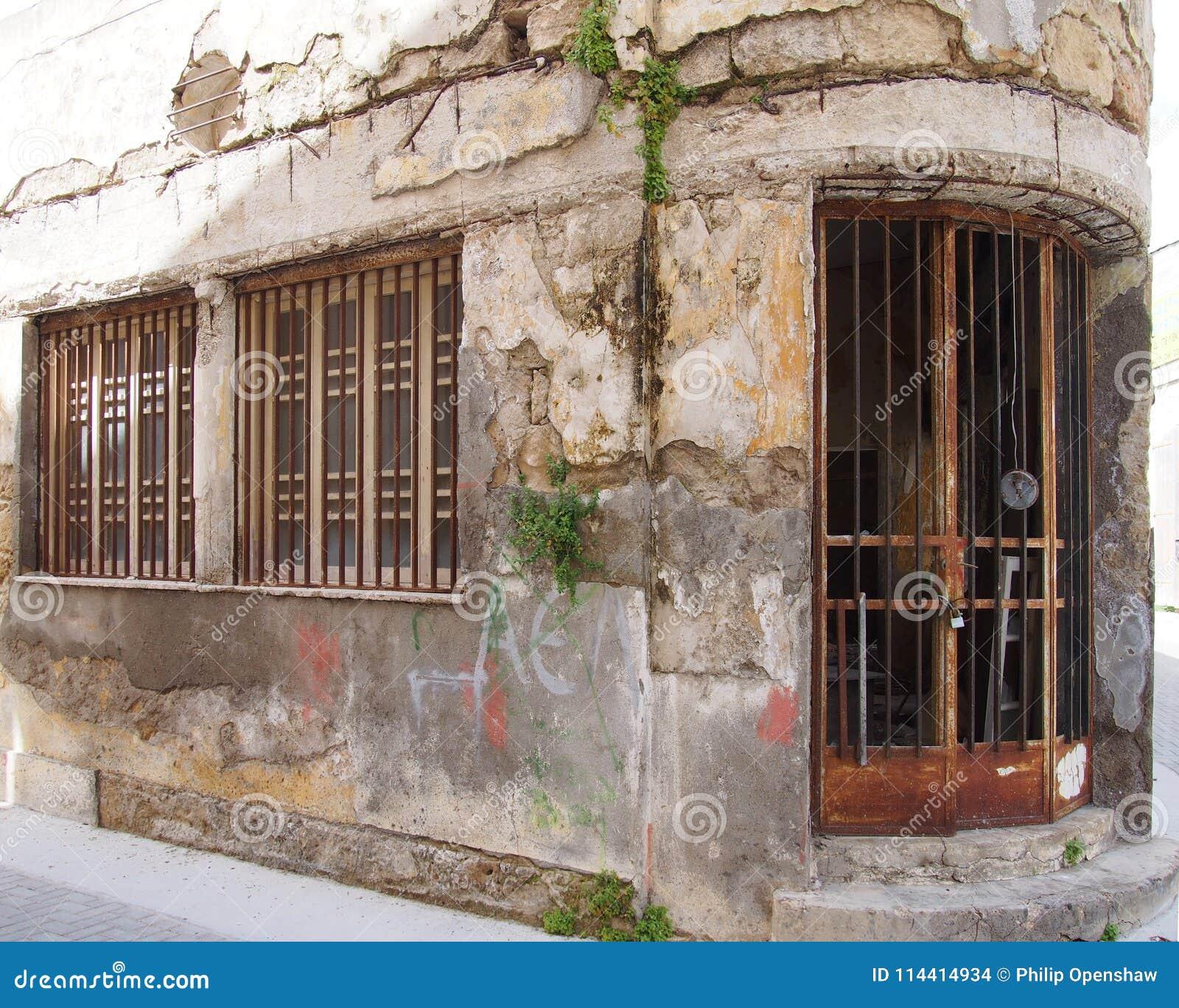 Det gamla herrelösa godset övergav den kommersiella egenskapen på ett hörn med att smula spruckna sjaskiga väggar och att rosta j