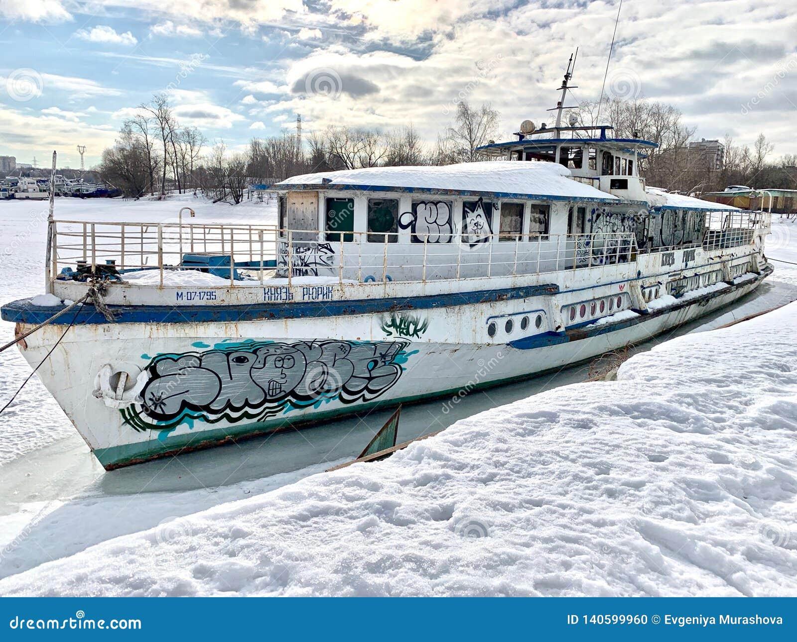 Det gamla skeppet är på den Khimki behållaren, staden av Moskva
